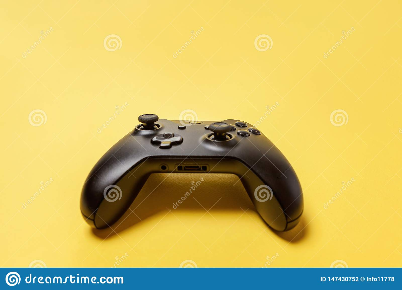 Manche preto no fundo amarelo Conceito da confronta??o do controle do videogame da competi??o do jogo do computador