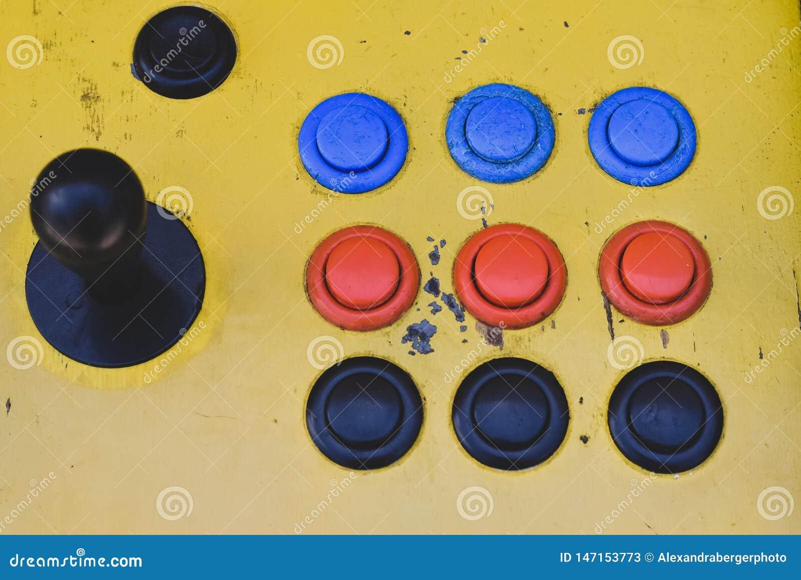 Manche velho e botões coloridos de um slot machine