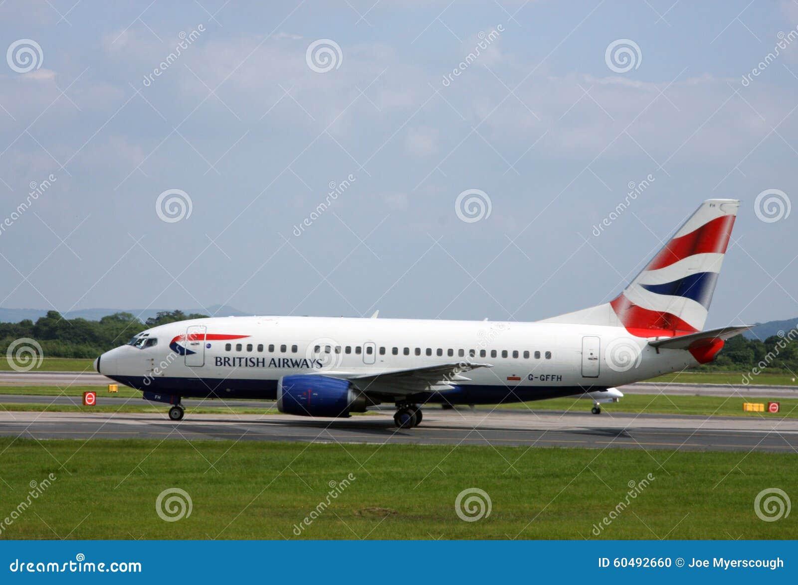 Manchester/Reino Unido - 29 de maio de 2009: Aviões de passageiro de British Airways que taxam no aeroporto internacional de Manc