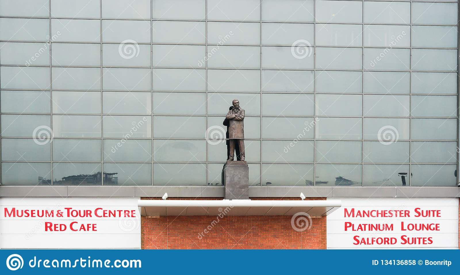 Manchester, Reino Unido - 4 de marzo de 2018: Sir Alex Ferguson Statue delante del estadio de Old Trafford, el hogar del Manchest