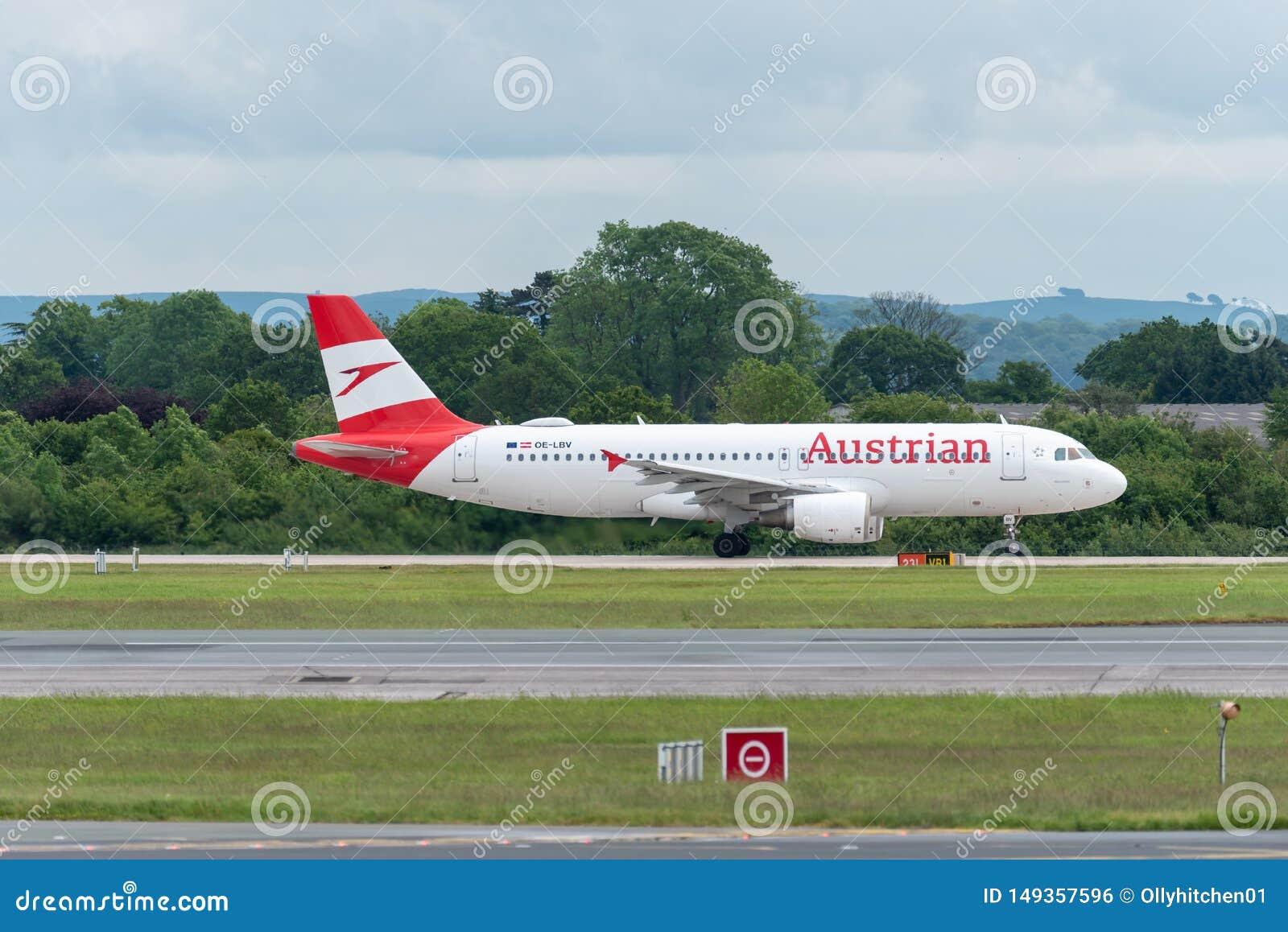 MANCHESTER REINO UNIDO, O 30 DE MAIO DE 2019: O voo OS464 de Austrian Airlines Airbus A320 a Viena come?a a rolar para a decolage