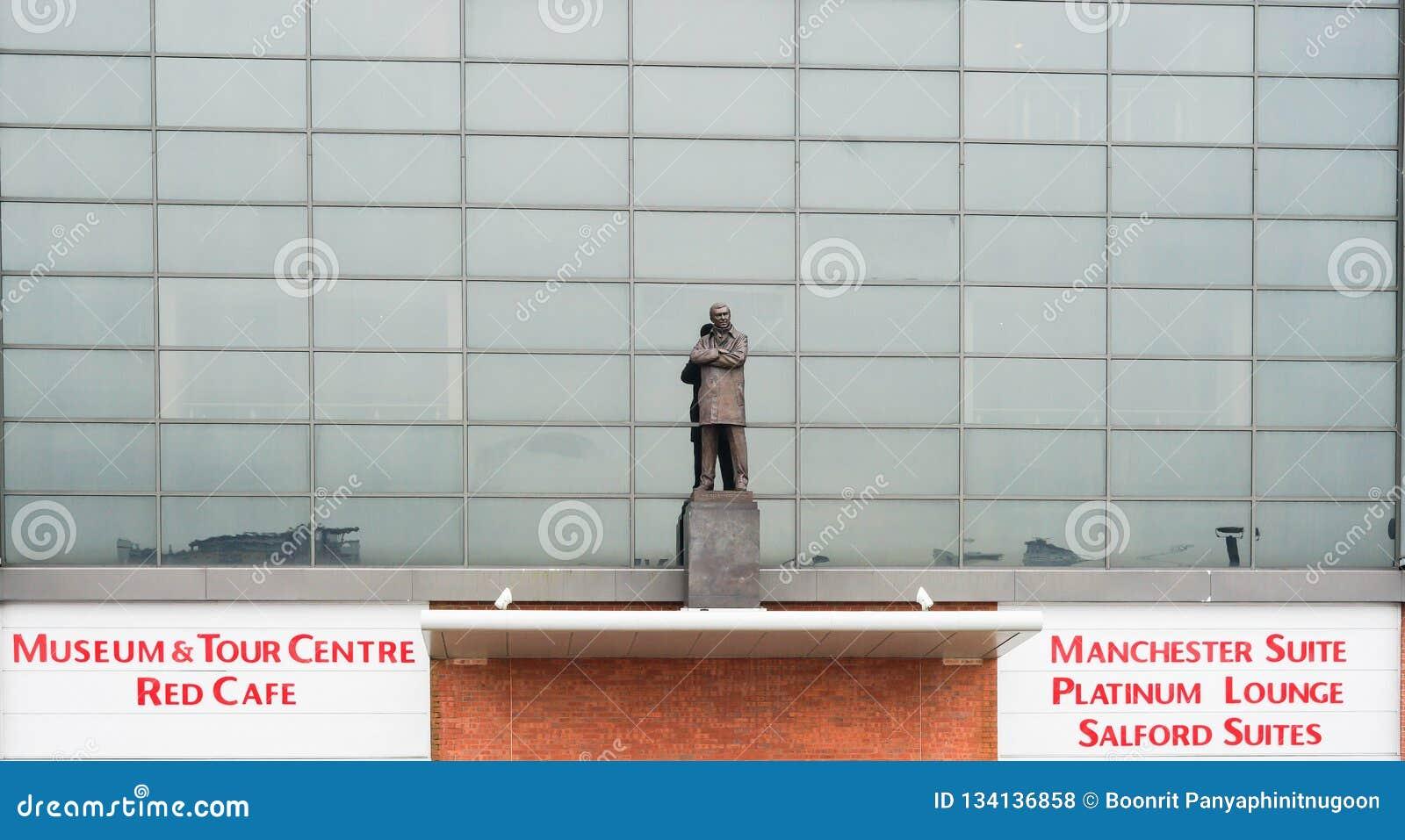 Manchester UK - mars 4, 2018: Sir Alex Ferguson Statue framme av den Old Trafford stadion, hemmet av Manchester United