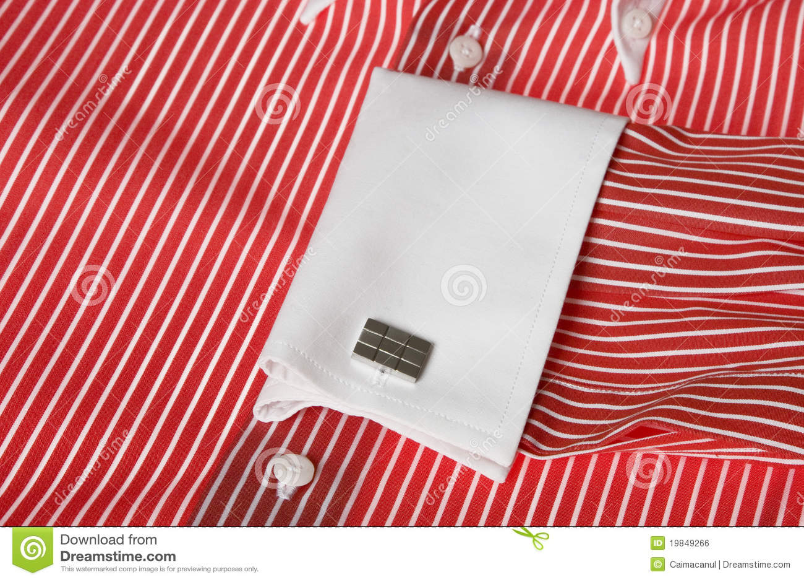 Rode Overhemd.Manchetknoop Op Het Rode Overhemd Van Mensen Stock Foto Afbeelding