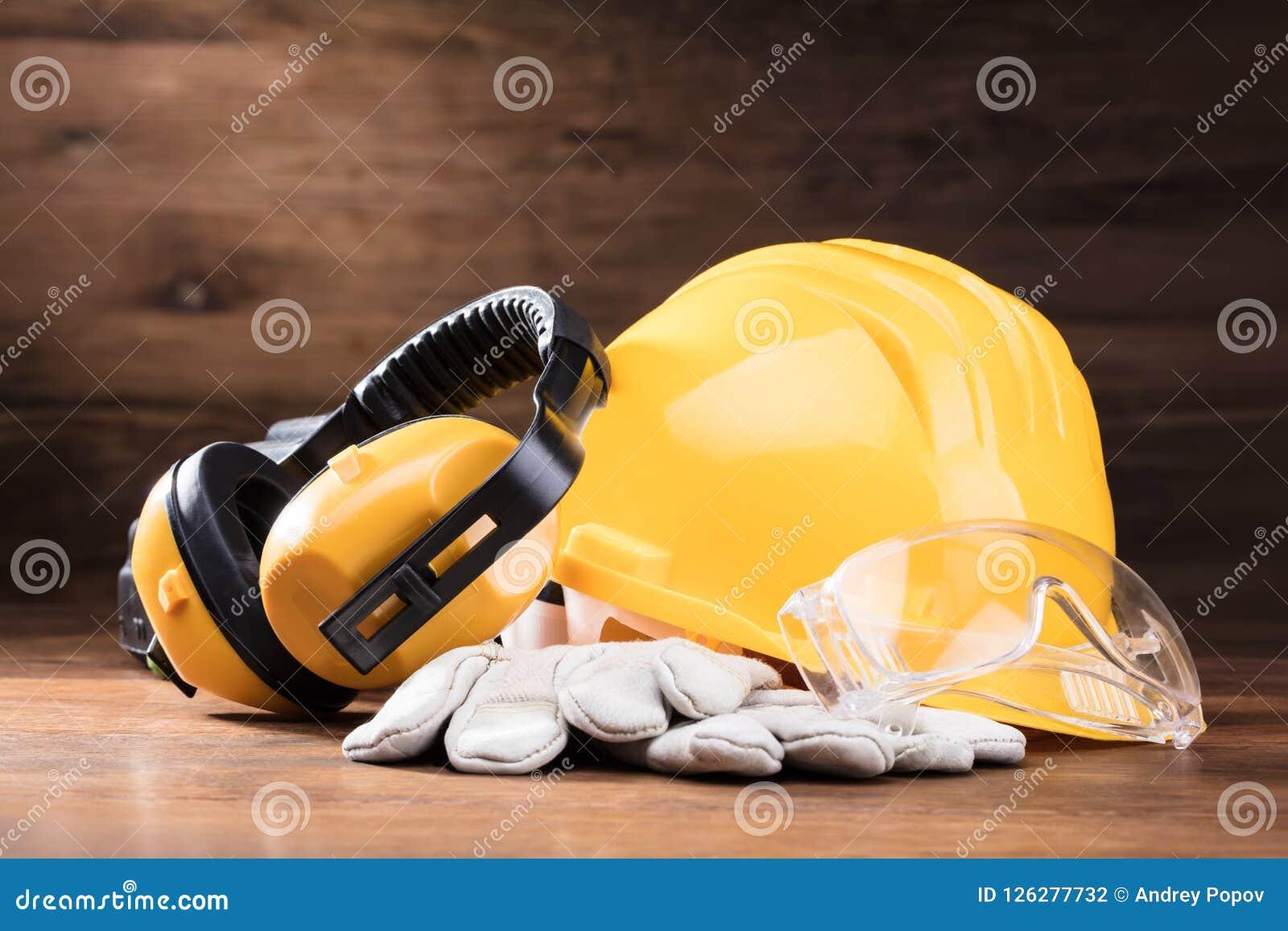 Manchon d oreille, verres de sûreté, et gants blancs sur le Tableau