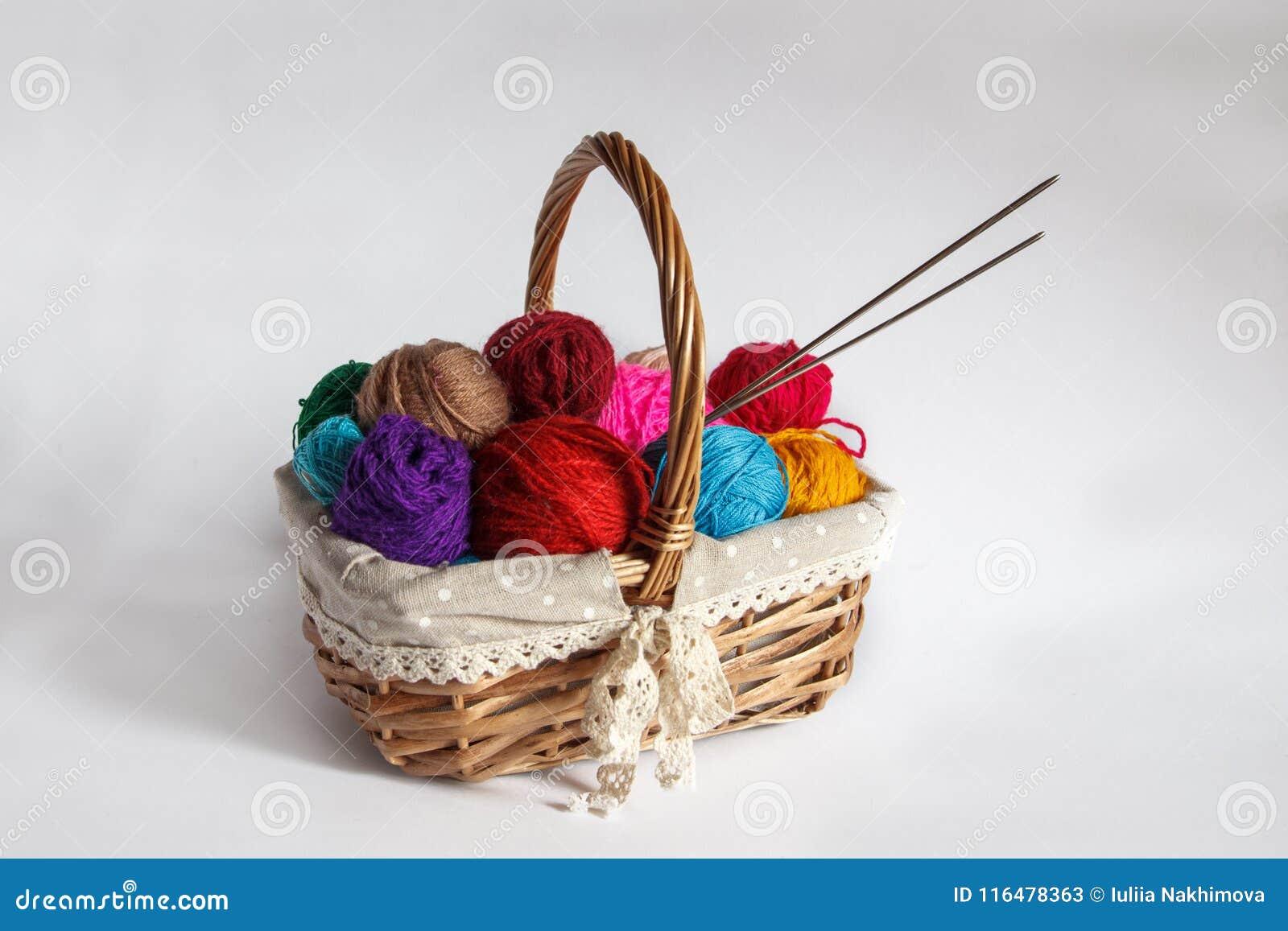 Mand met gekleurde garenballen