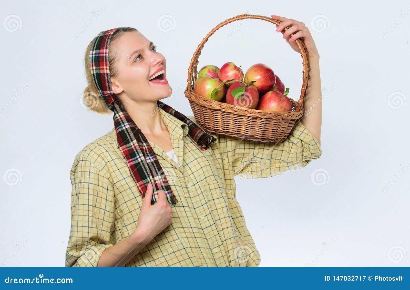 Mand van organische appelen vitamine en het op dieet zijn voedsel De landbouwconcept Gezonde tanden boomgaard, tuinmanmeisje met