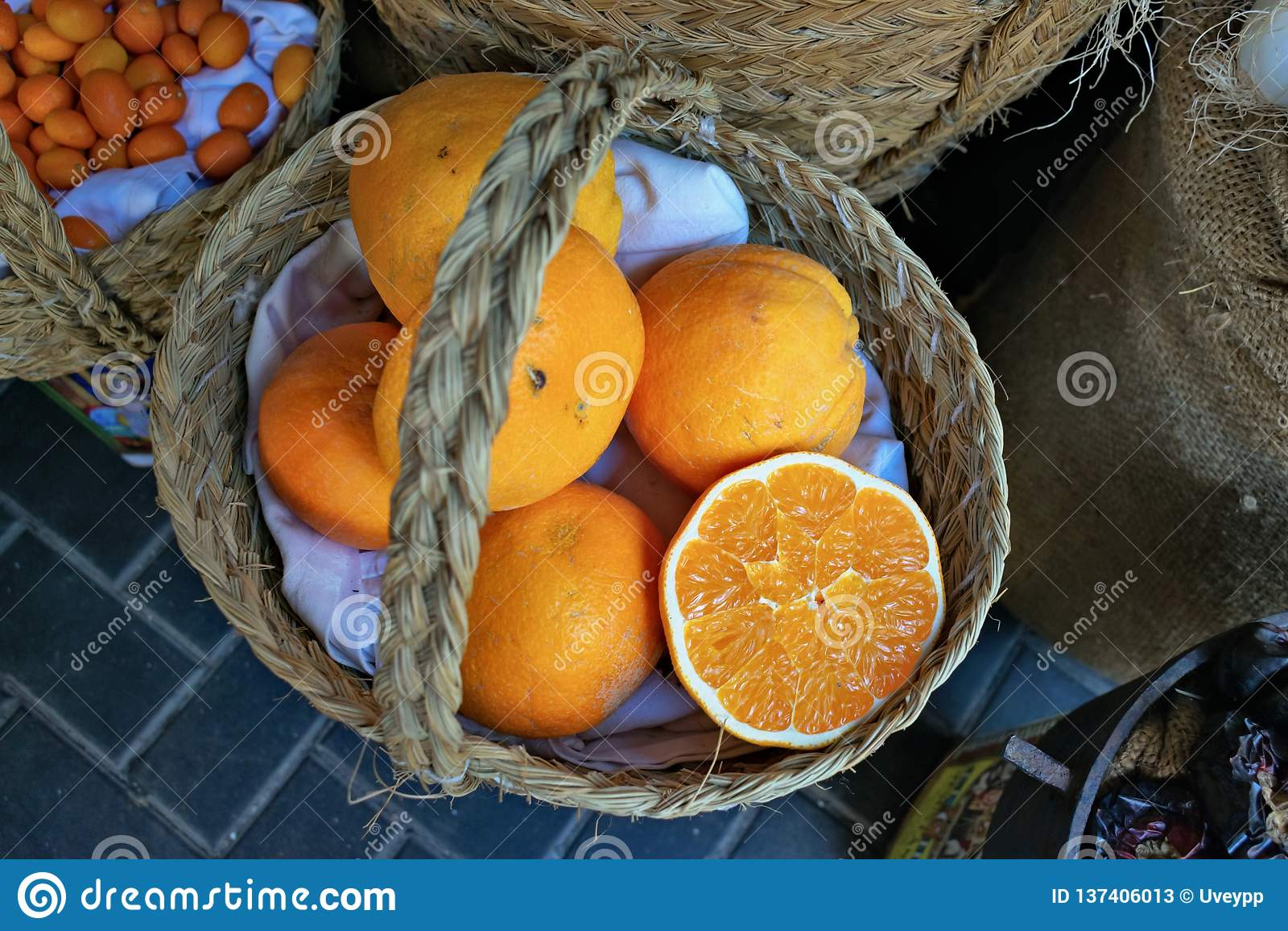 Mand van sappige sinaasappelen