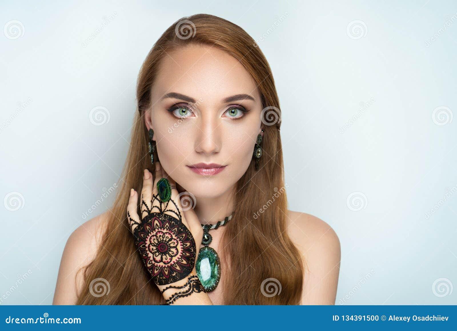 Mandala de dessin de henné sur la main de femme