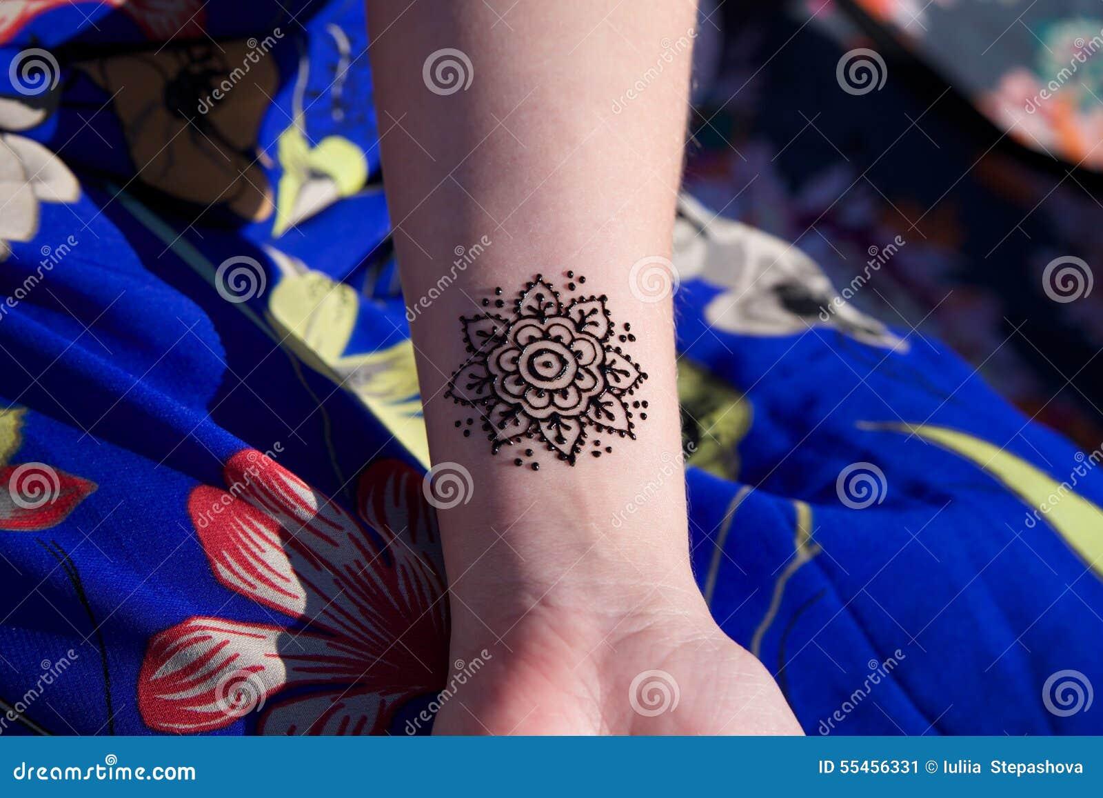 mandala mehendy del tatuaggio del henn a disposizione fotografia stock immagine 55456331. Black Bedroom Furniture Sets. Home Design Ideas