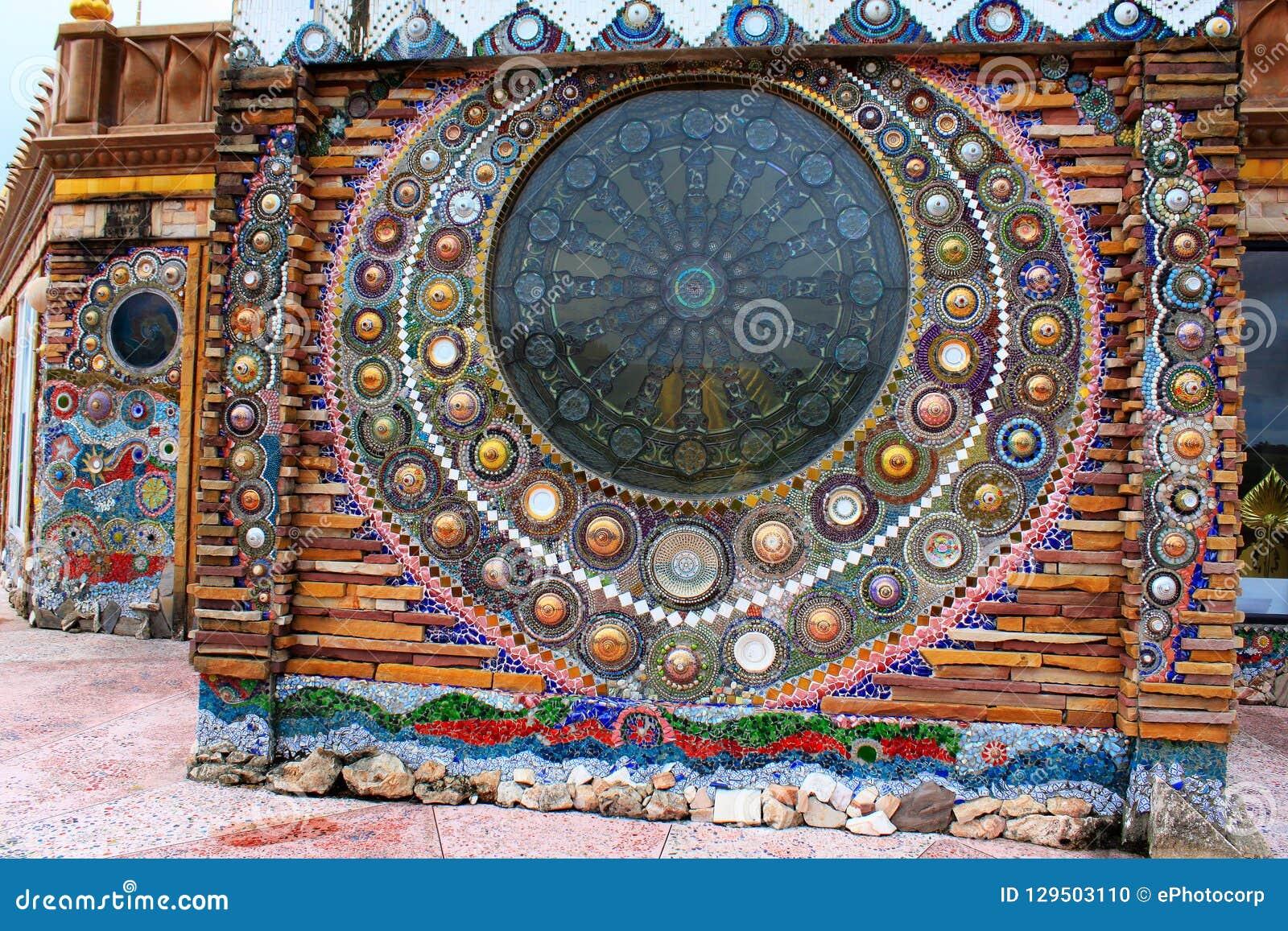 Mandalas bonitas do mosaico nas paredes da construção principal no wat Prathat, Pha Sorn Kaew, em Khao Kor, Phetchabun, Tailândia