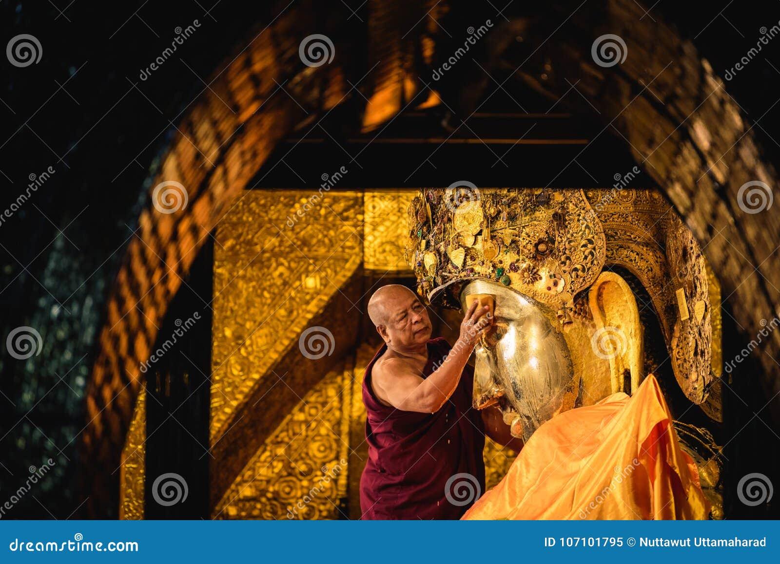 MANDALAY, MYANMAR - 11 DE DEZEMBRO DE 2017: Lavagem superior da monge o fac
