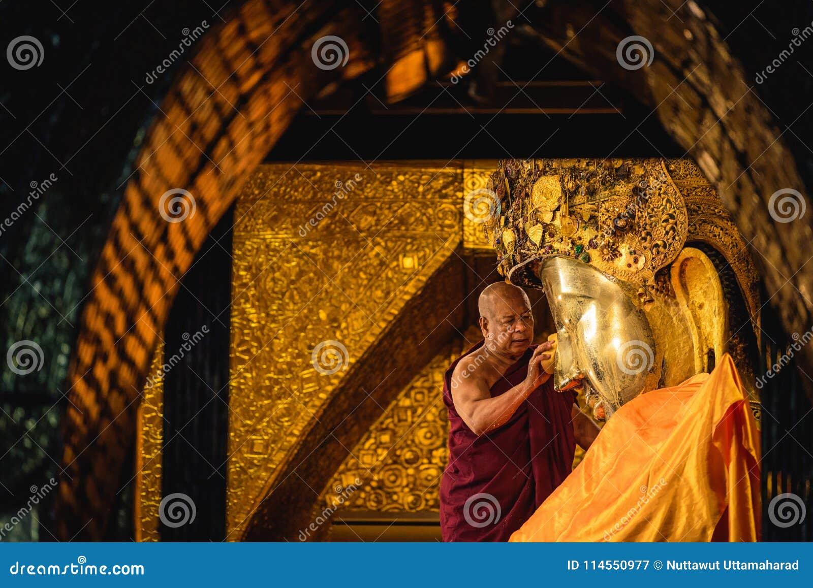MANDALAY MYANMAR - DECEMBER 11, 2017: Hög munkwash facen