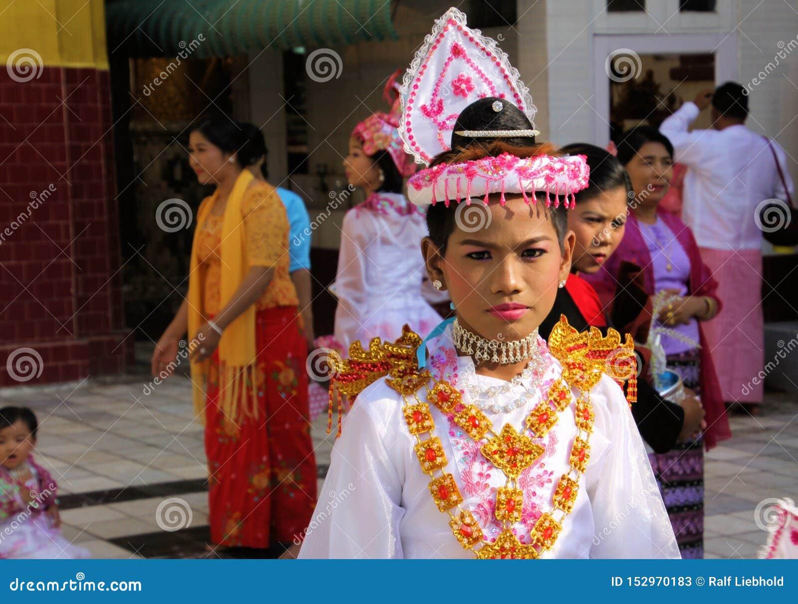 MANDALAY MYANMAR - DECEMBER 18 2015: Novitiation lärotidceremoni Shinbyu för ung buddistisk pojke med smink och läppstift