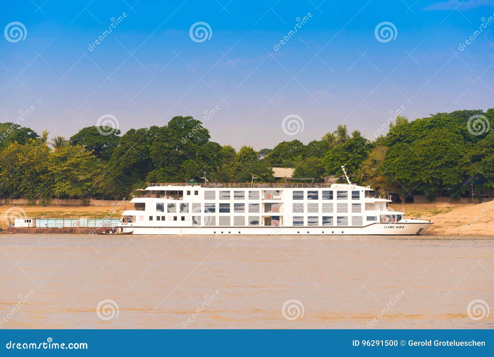MANDALAY, MYANMAR - 1° DICEMBRE 2016: Barca turistica vicino alla riva del fiume di Irrawaddy, Birmania Copi lo spazio per testo