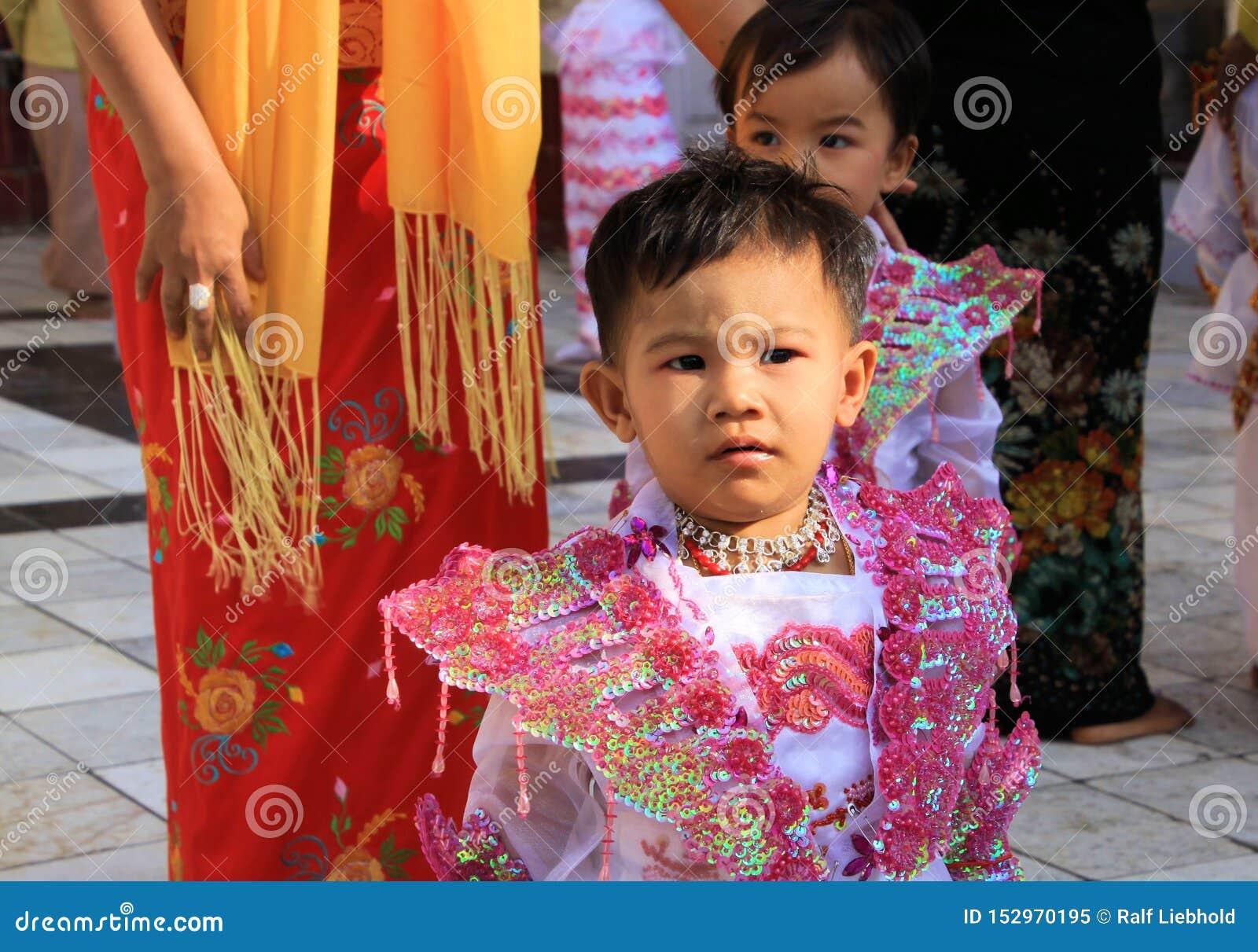MANDALAY MYANMAR, GRUDZIEŃ, - 18 2015: Novitiation ceremonia Shinbyu dla młodej Buddyjskiej chłopiec przy Maha Muni pagodą