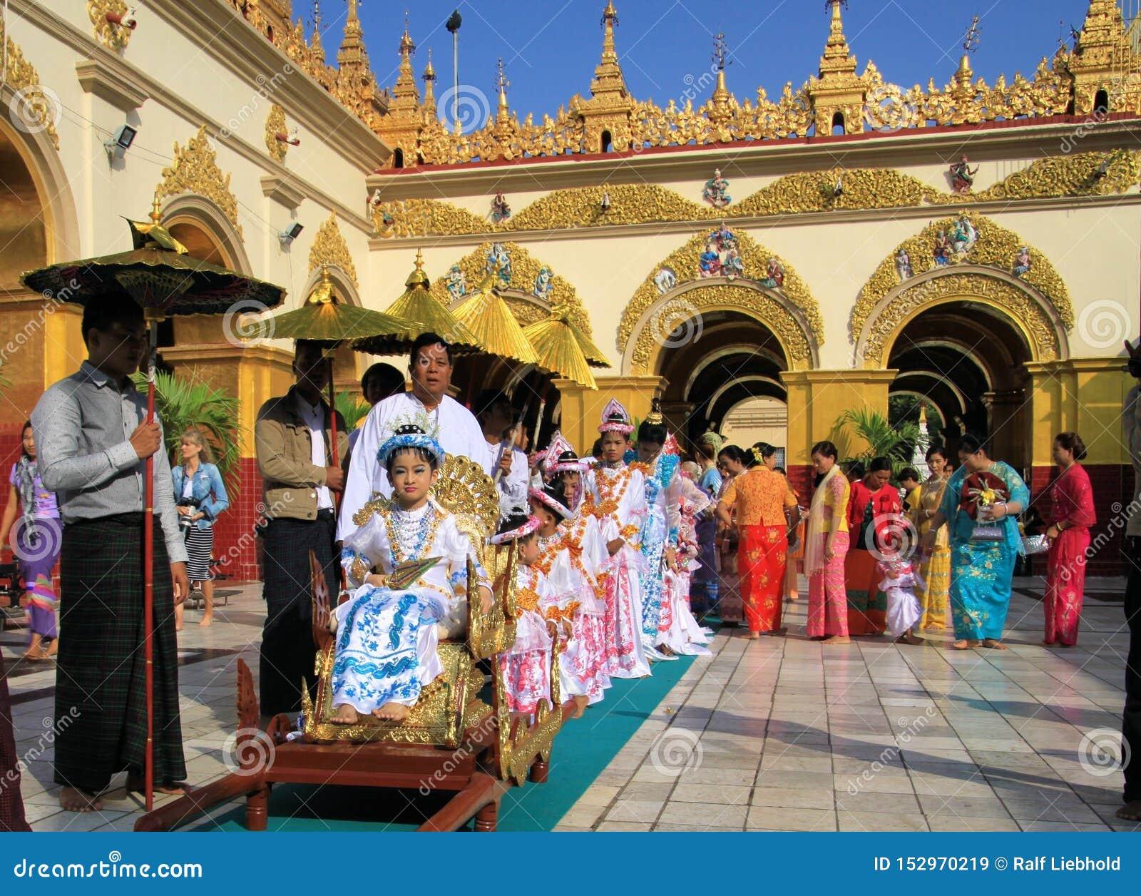 MANDALAY MYANMAR, GRUDZIEŃ, - 18 2015: Novitiation nowicjatu ceremonia Shinbyu dla młodej Buddyjskiej chłopiec na sedanu krześle