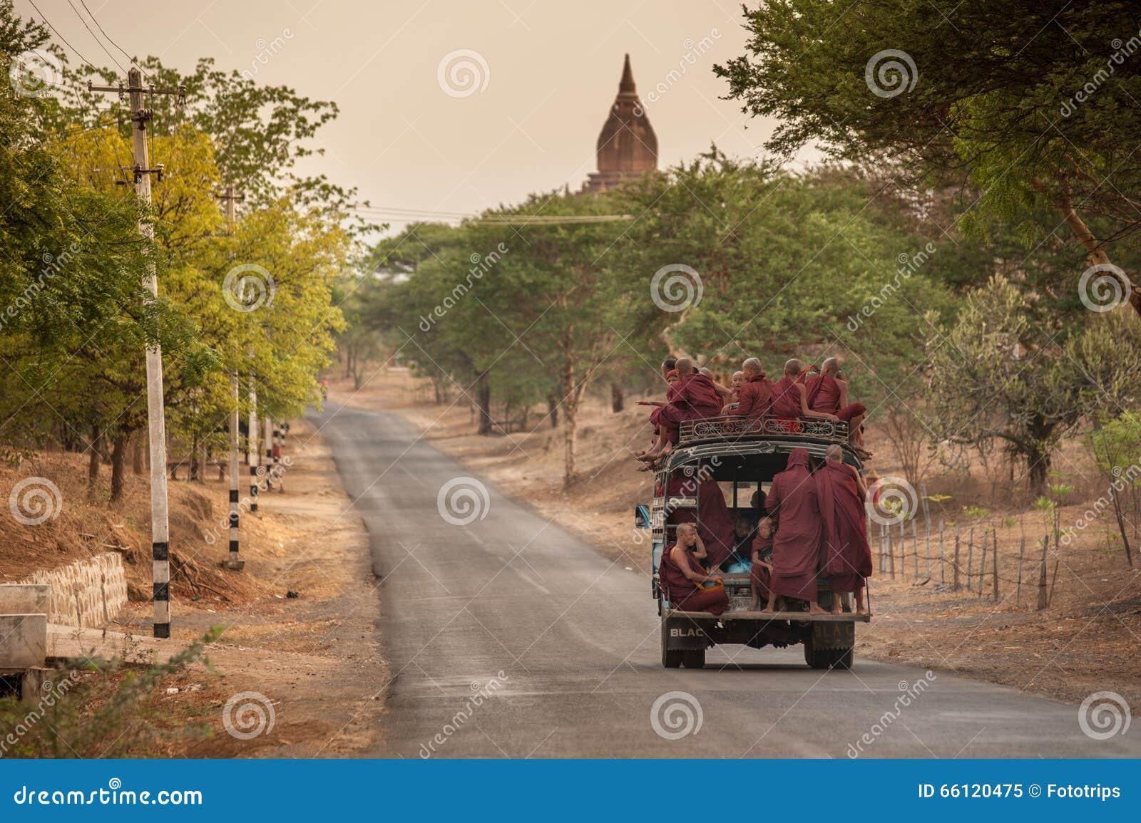 MANDALAY, MYANMAR, IL 4 MAGGIO: monaci birmani non identificati in un camion
