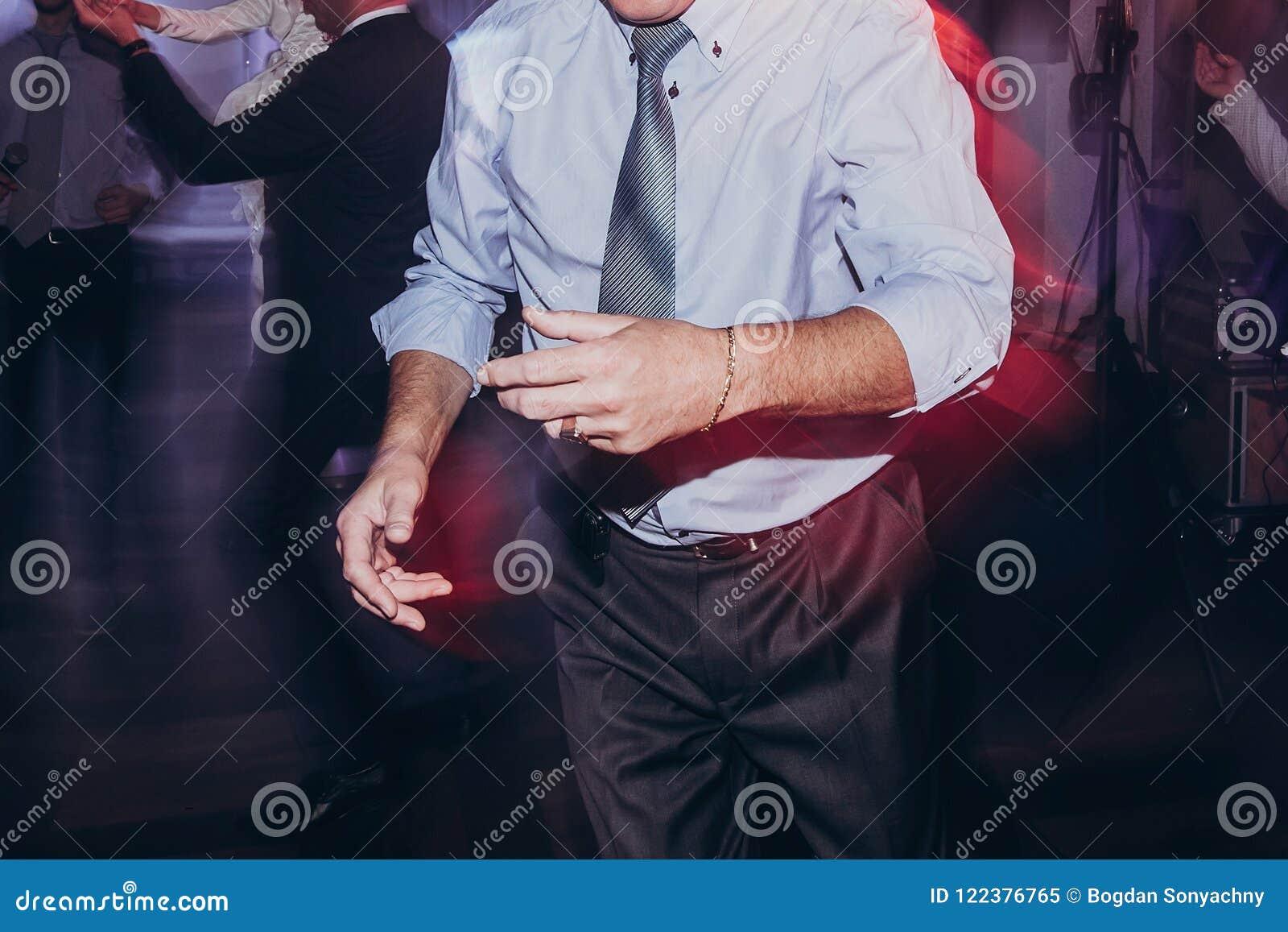 Mandans på det roliga brölloppartiet gäster som har gyckel och dans