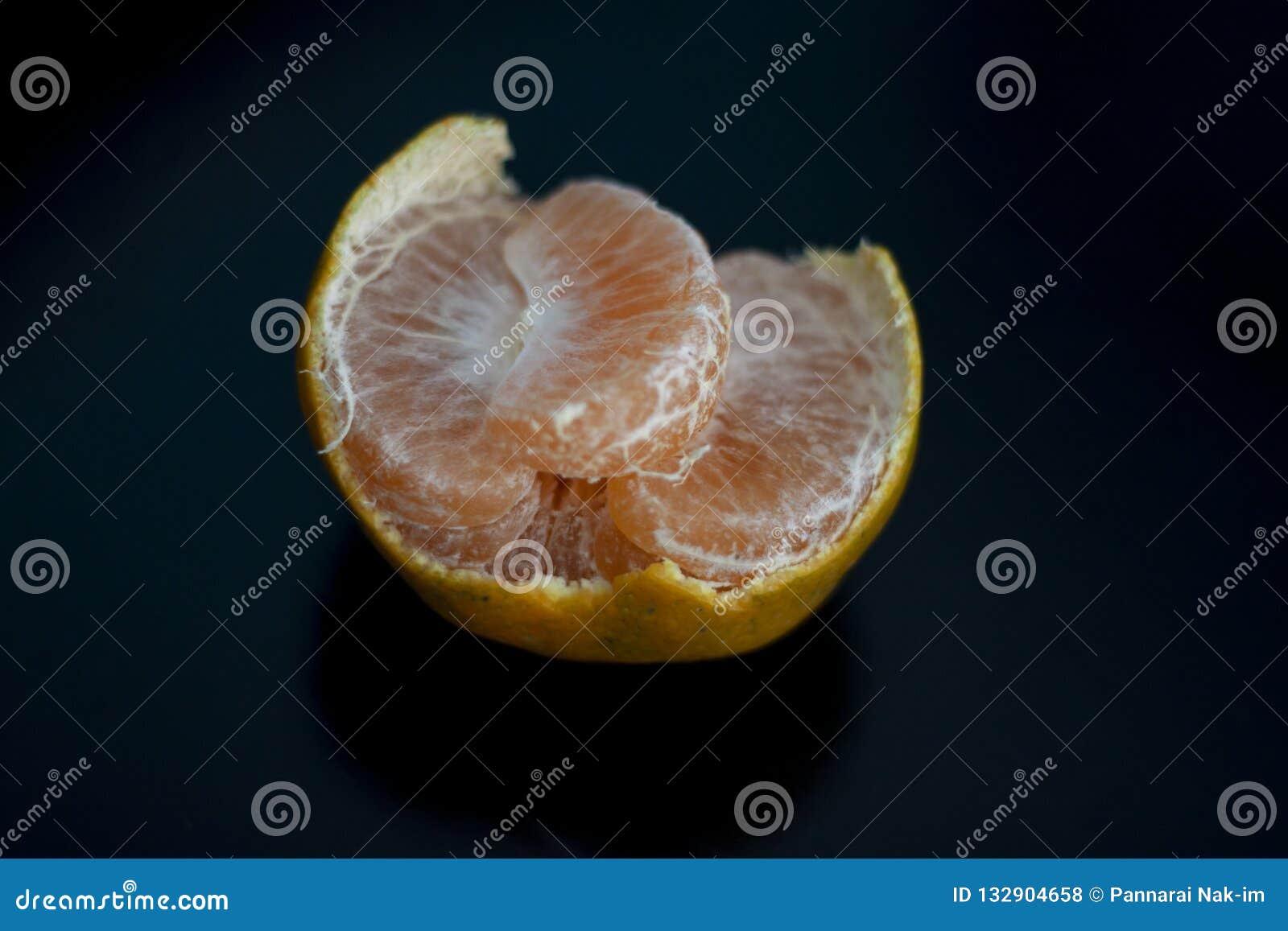 Mandarina y segmentos pelados aislados