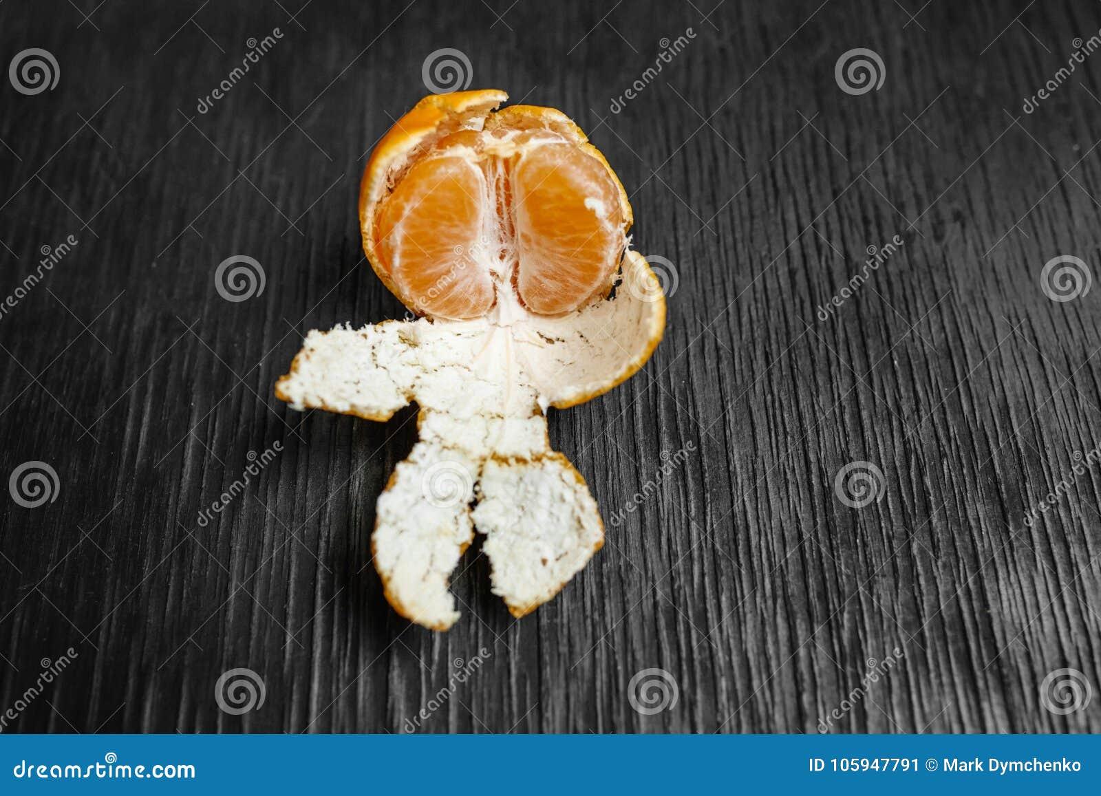 Mandarinas en un fondo negro Porciones de fruta fresca - mandarines