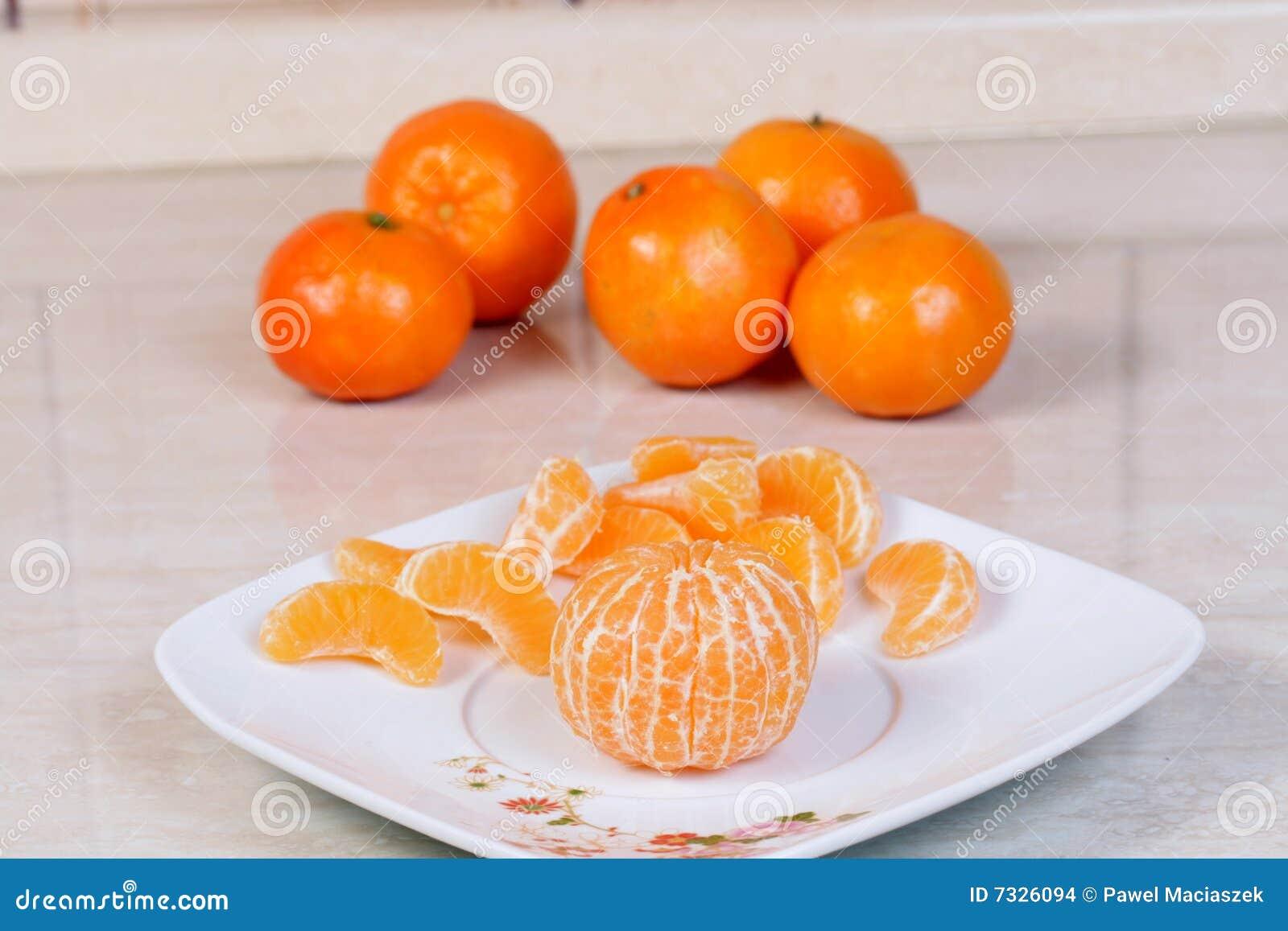 Mandarinas peladas en la placa
