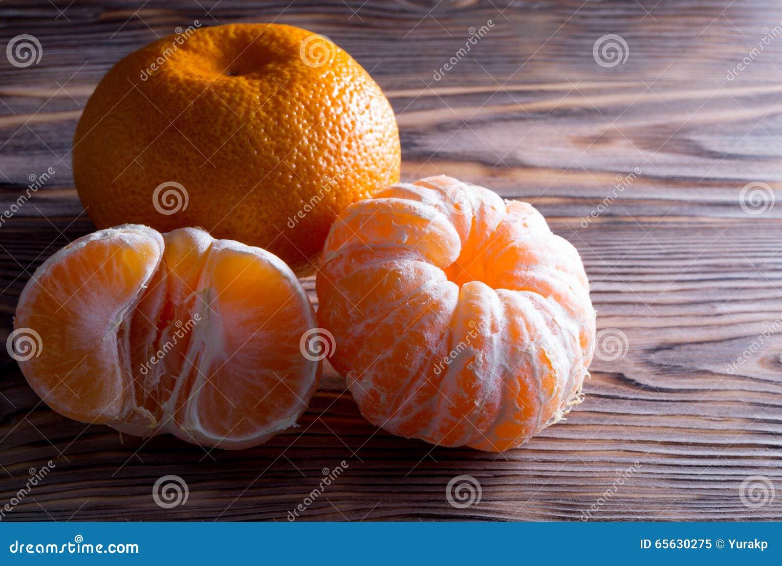 Mandarine sur le fond en bois