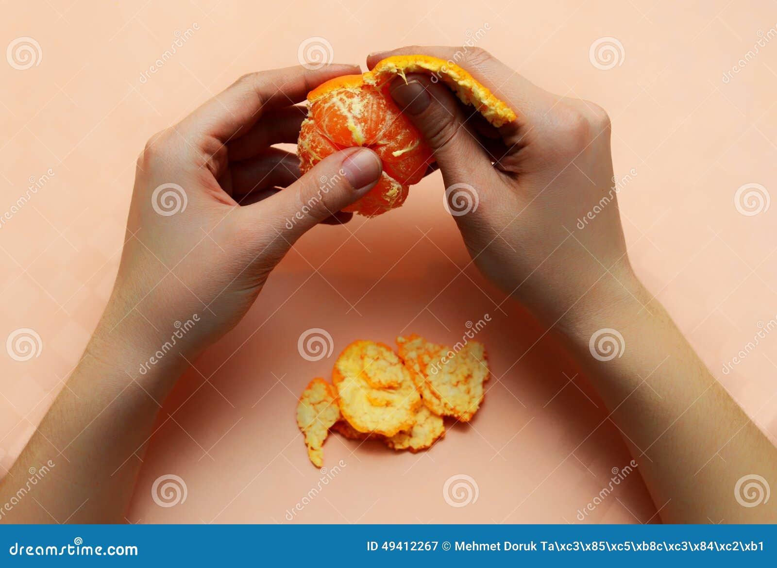 Download Mandarinenschalenhand stockbild. Bild von zitrone, diät - 49412267