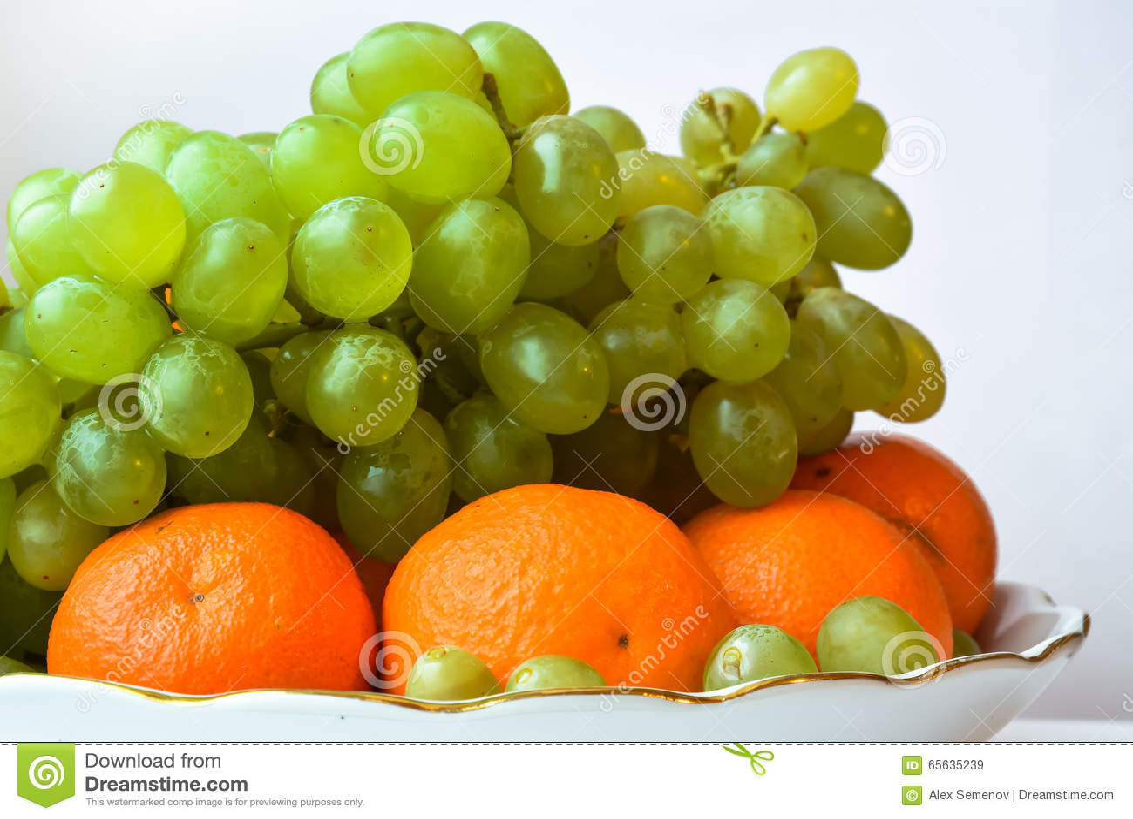 Mandarines et raisins se trouvant d un grand plat
