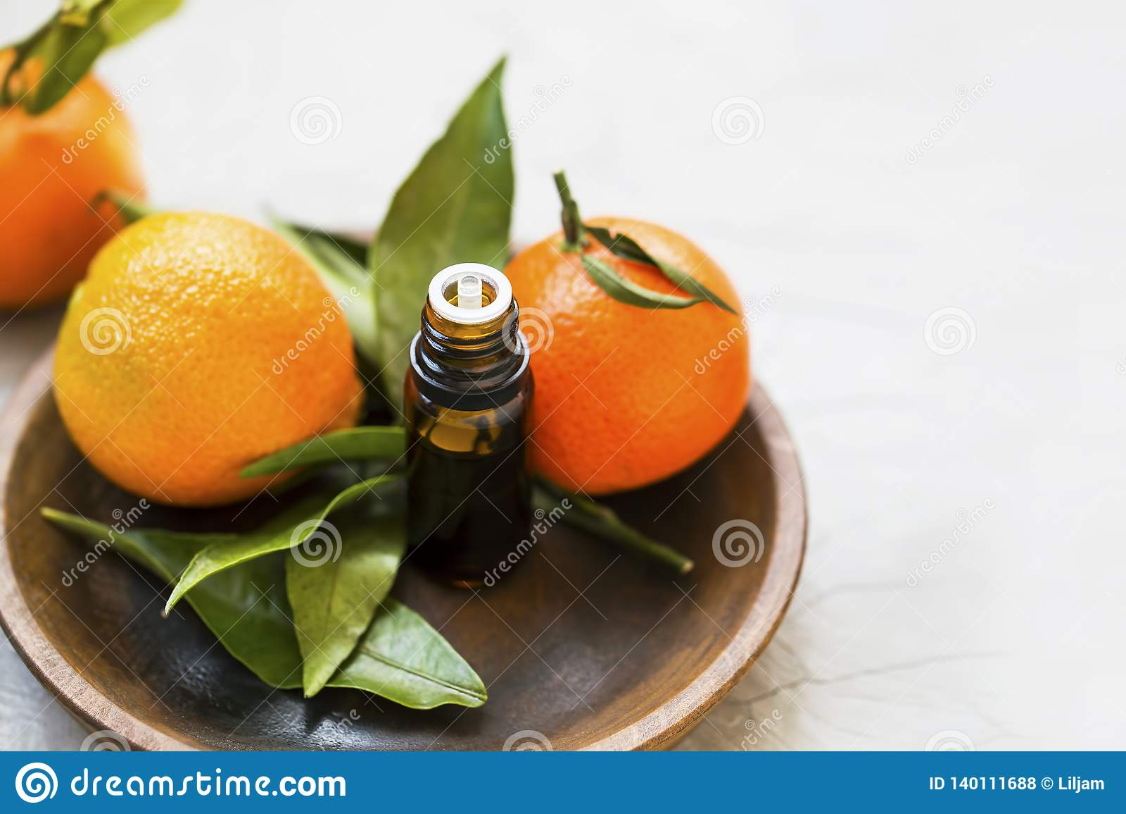 Mandarines etherische oliefles, aromatherapy citrusvruchtenolie met mandarine vruchten in houten plaat