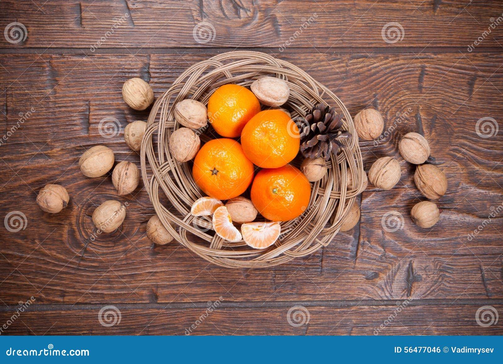 Mandarines sur la table en bois
