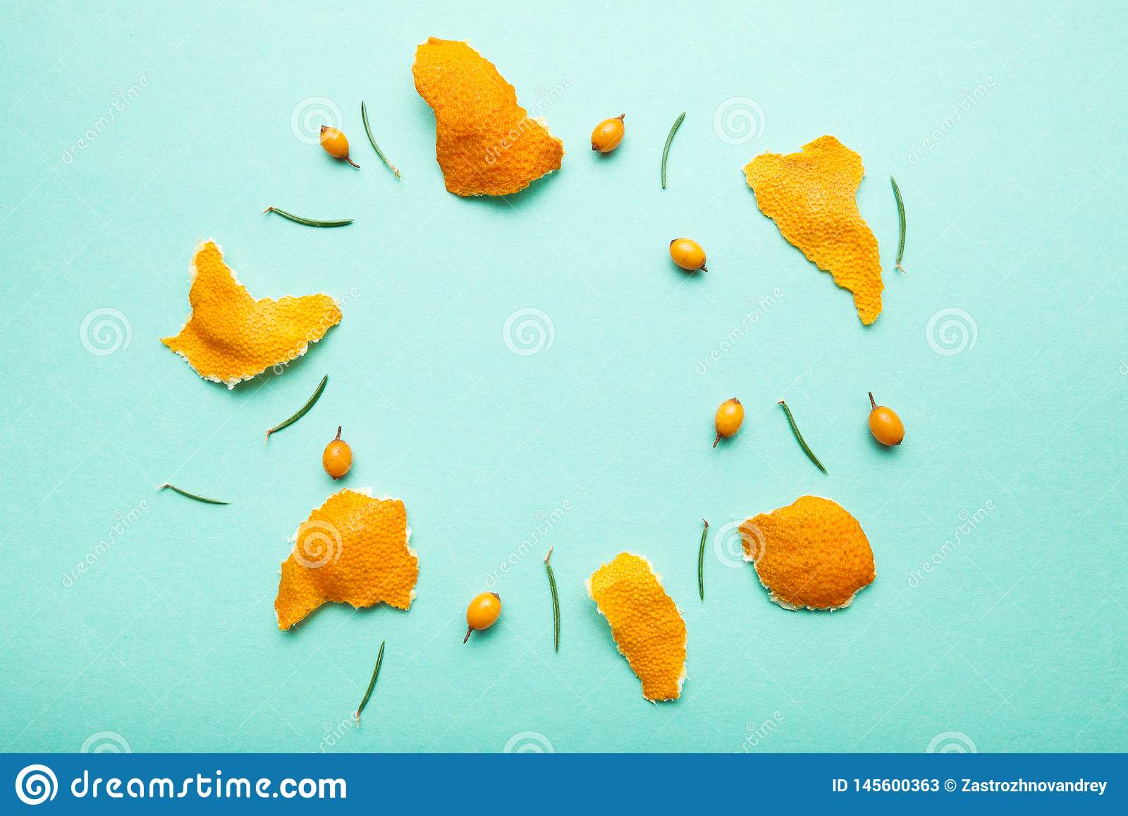 Mandarino, aghi dell olivello spinoso e del pino sotto forma di cerchio