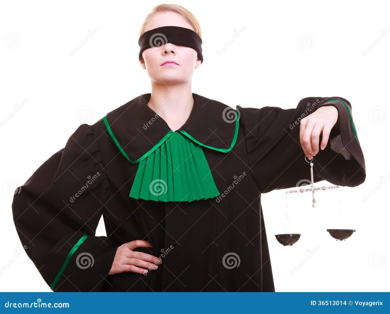 Mandataire féminine d avocat dans la robe et les échelles de vert de noir de poli de classique
