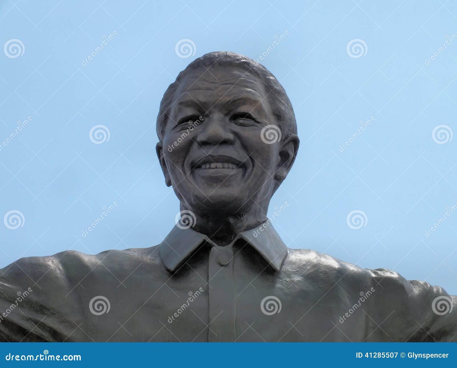 Mandela statyslut upp