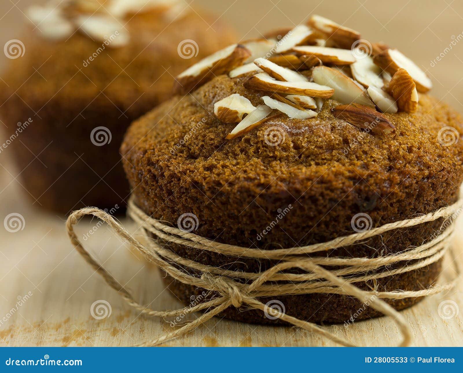 Mandelmuffin som slås in upp som en gåva