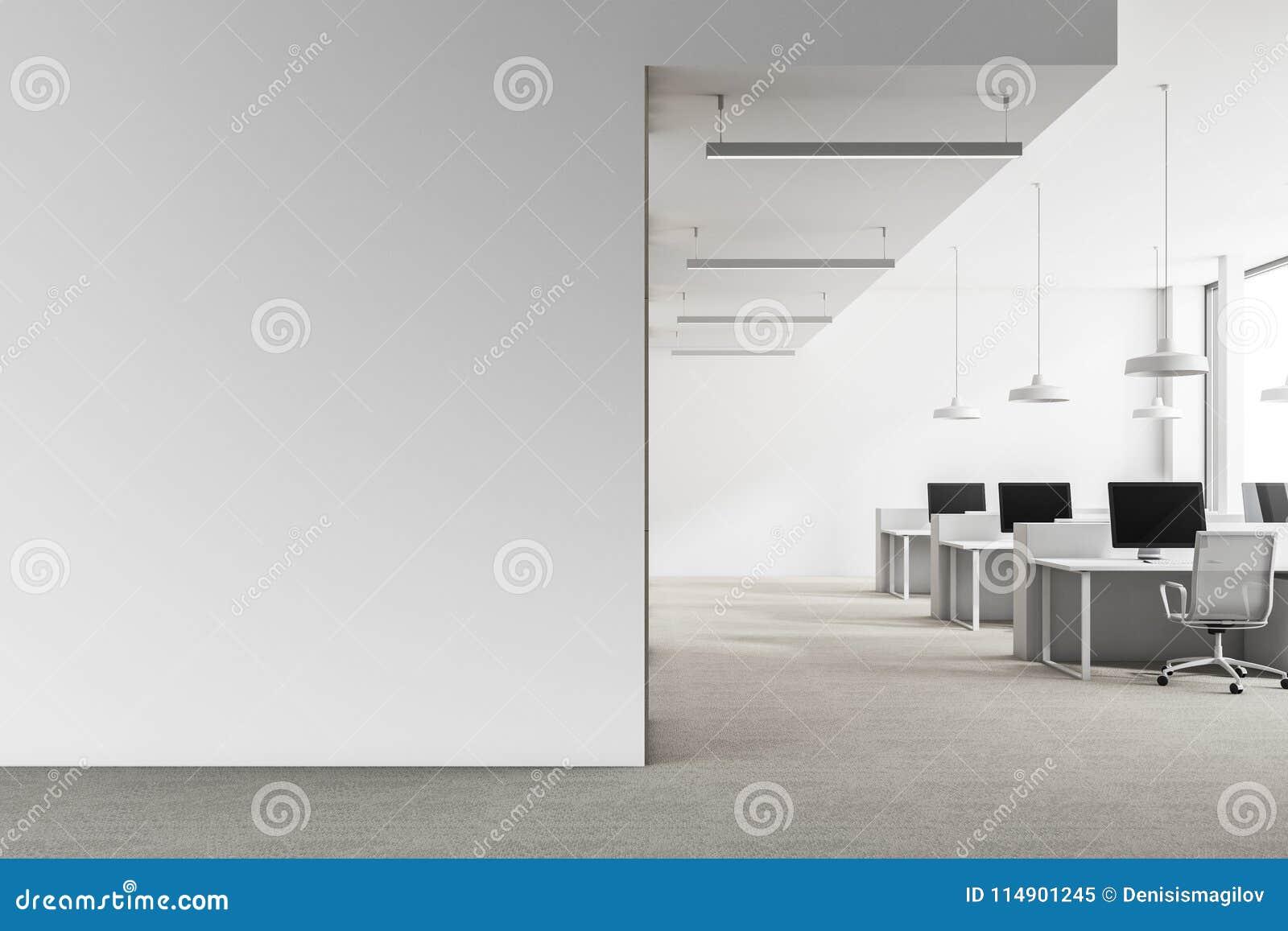 Mandi in aria l interno bianco dell ufficio, derisione sulla parete