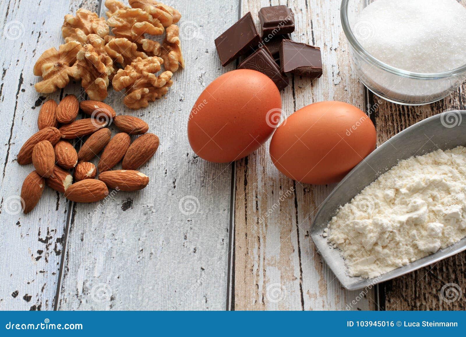 Mandorle, noci, cioccolato, zucchero, farina ed uova degli ingredienti del biscotto