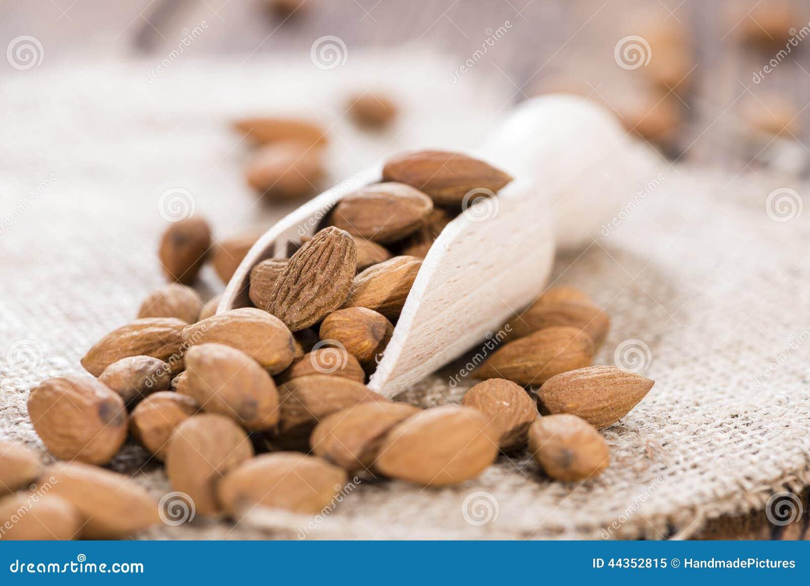 Mandorle su un cucchiaio di legno