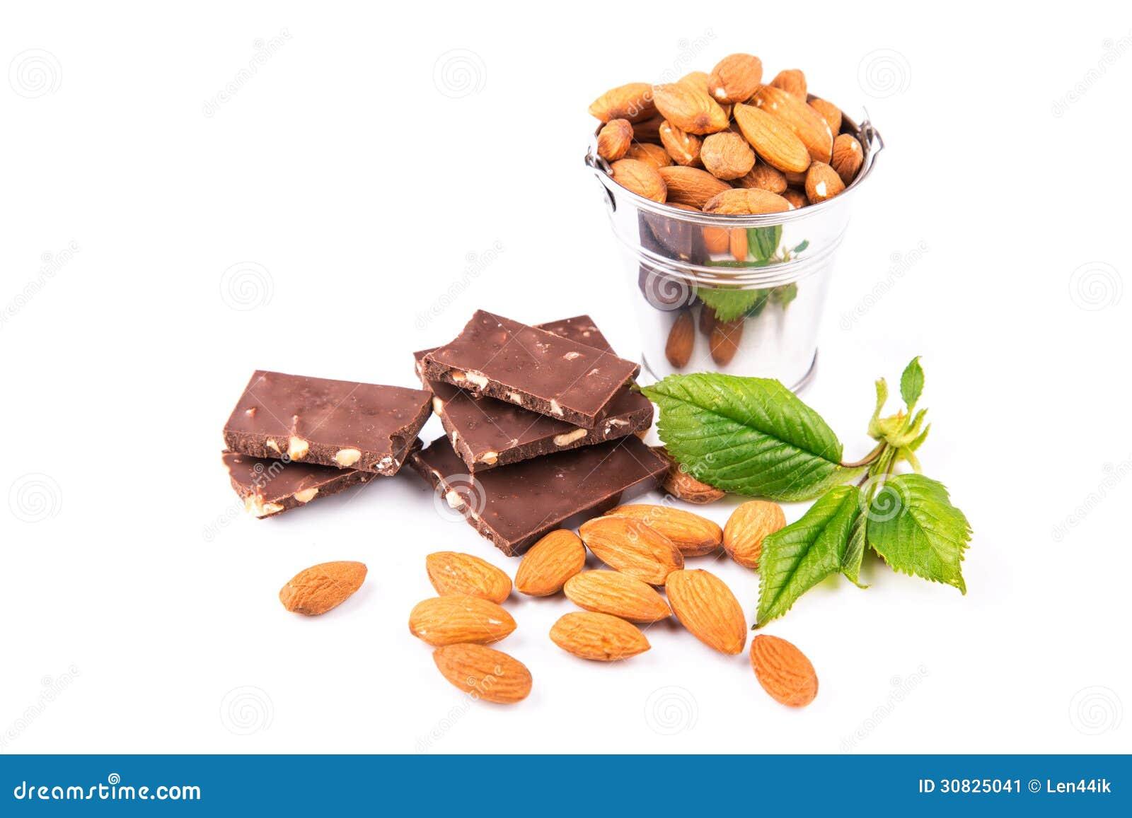 Mandorle in un backet con i pezzi di cioccolato con i dadi