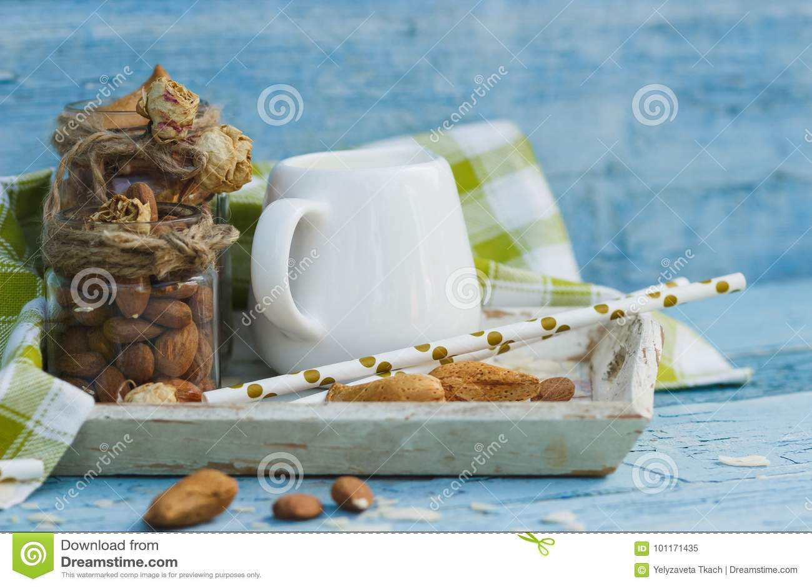 Vassoi In Legno Con Vetro : Mandorle in vetro barattolo con latte sul vassoio di legno e tubi