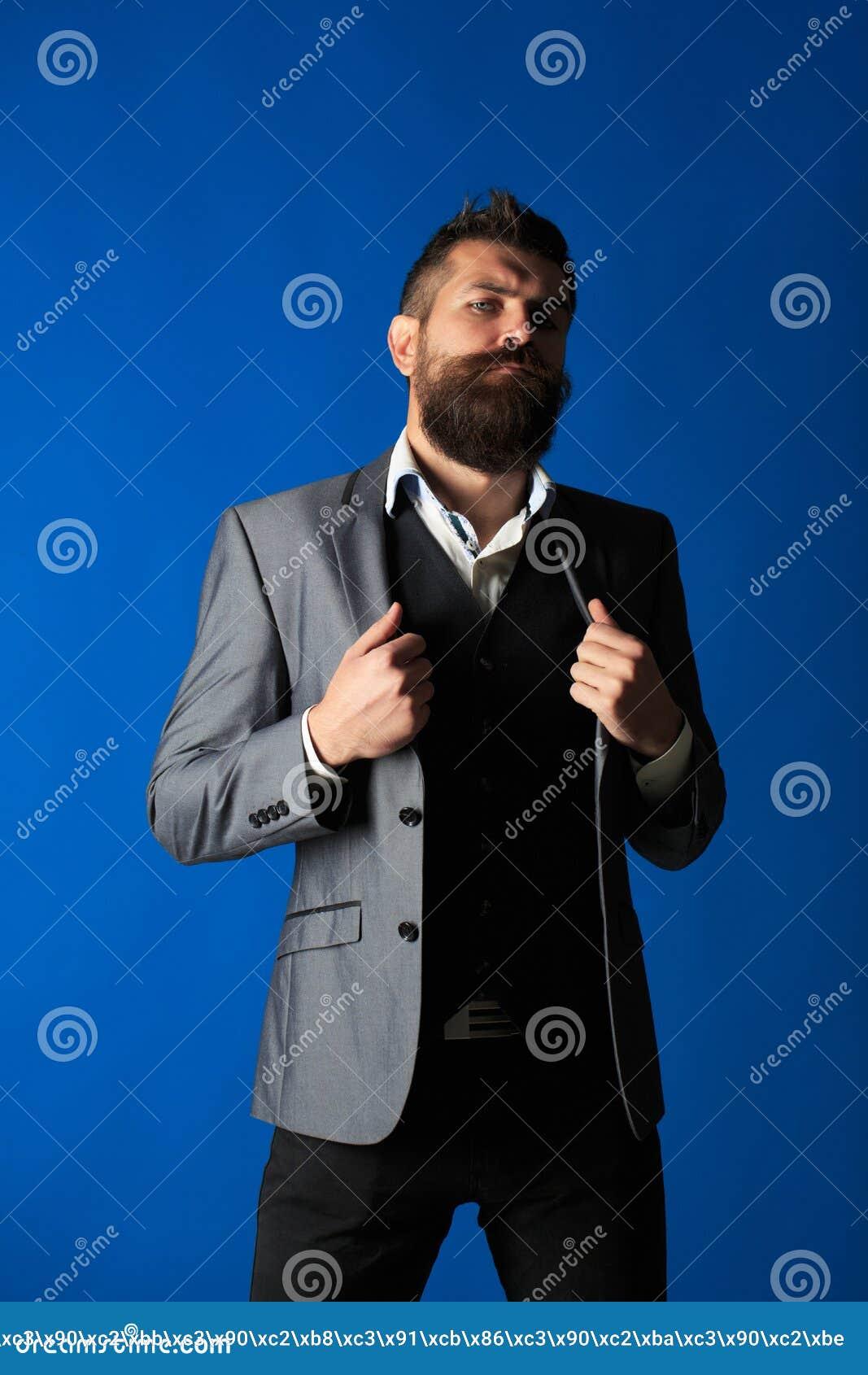 Mandräkt Modern affärsman Man i dräkter Stilig skäggig affärsman i klassisk dräkt Stilfull man i ett torkdukeomslag