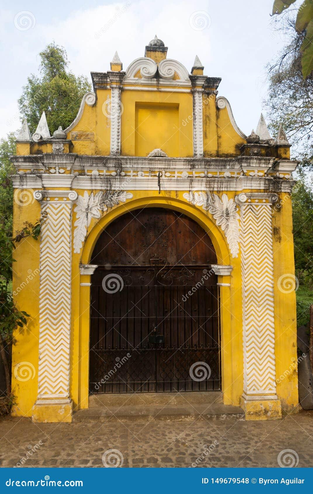 Maneira da capela das estações transversais na rua dos thesteps da Guatemala de Antígua do La Porta antiga na Guatemala de Antígu