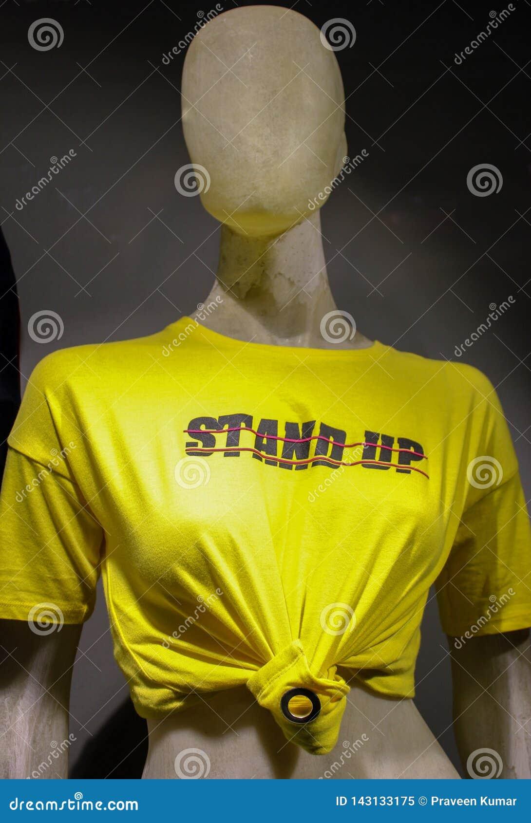 Manequim fêmea que veste um equipamento ocidental na cor amarela corajosa