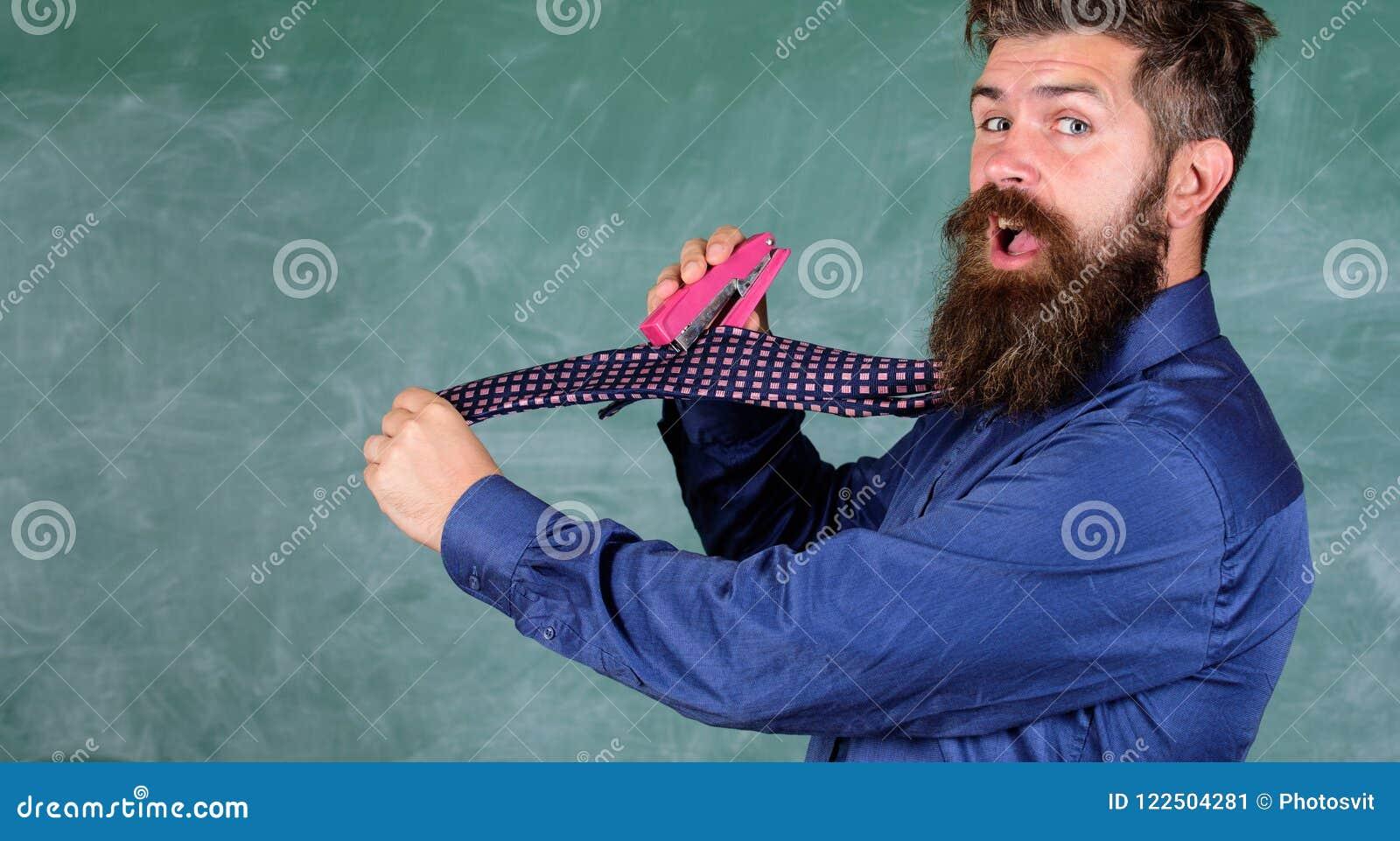 Manera peligrosa de la grapadora desaliñada del uso del hombre La corbata del desgaste formal del profesor del inconformista sost
