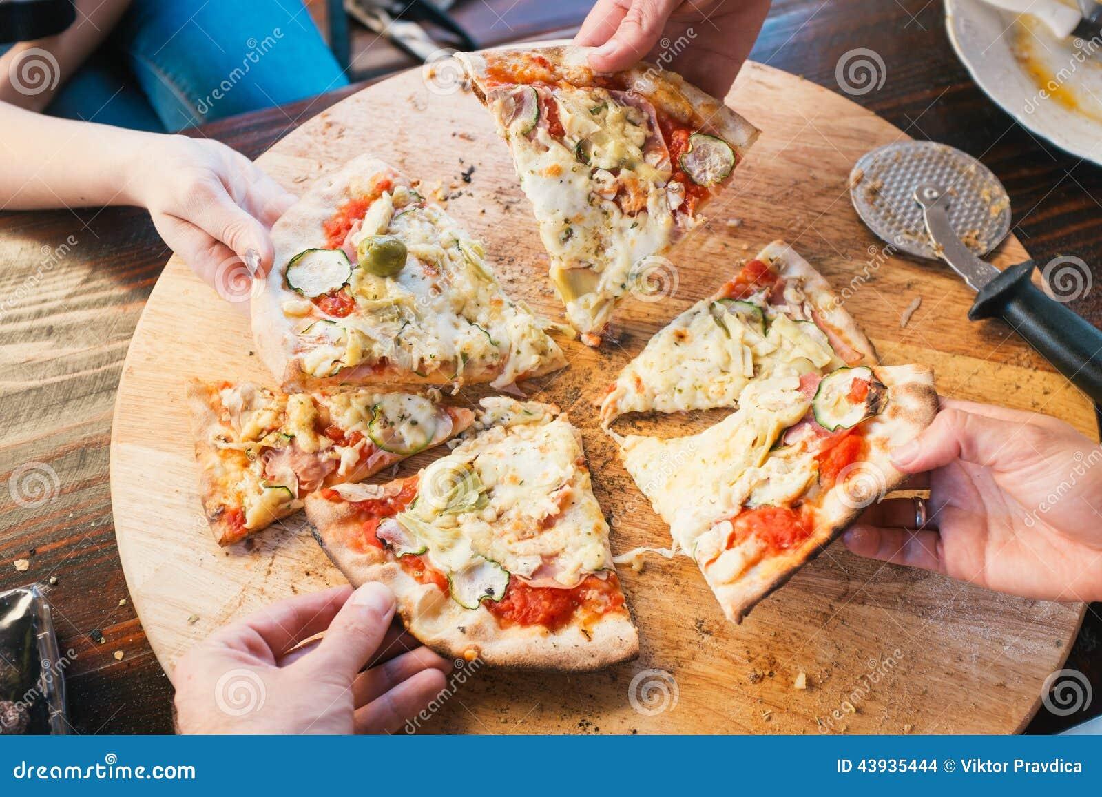 Manger de la pizza