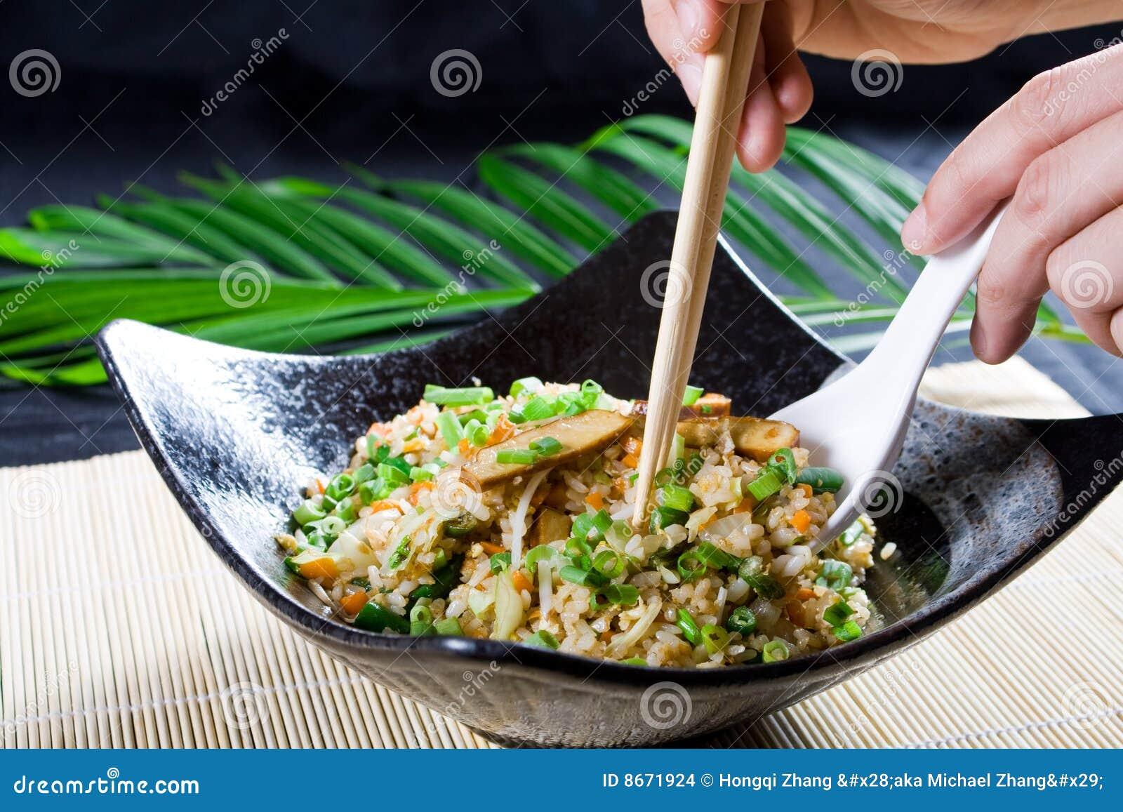 Manger du riz de friture de Chinois