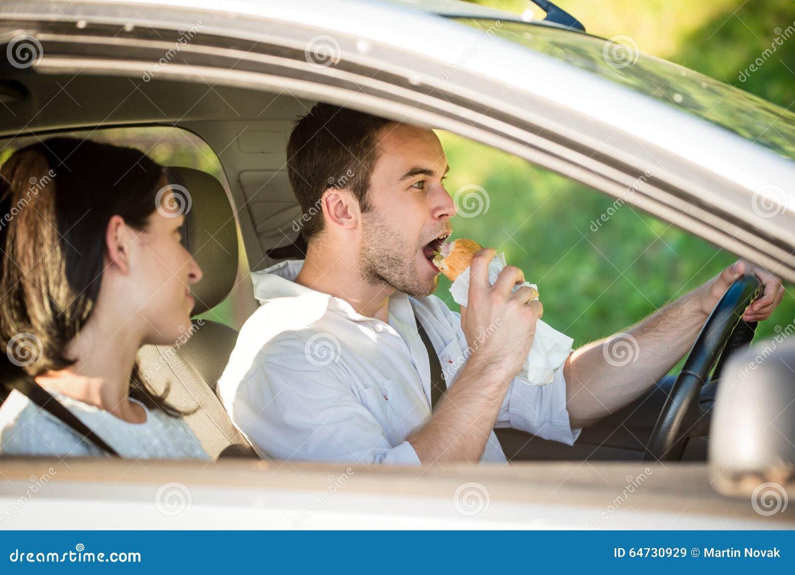 Mangiando in automobile