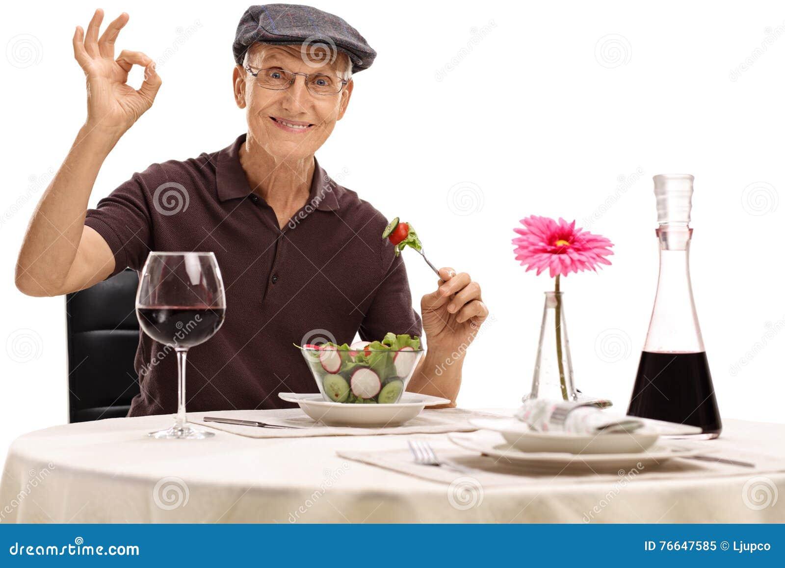 Mangiatore di uomini un insalata e fare un gesto giusto