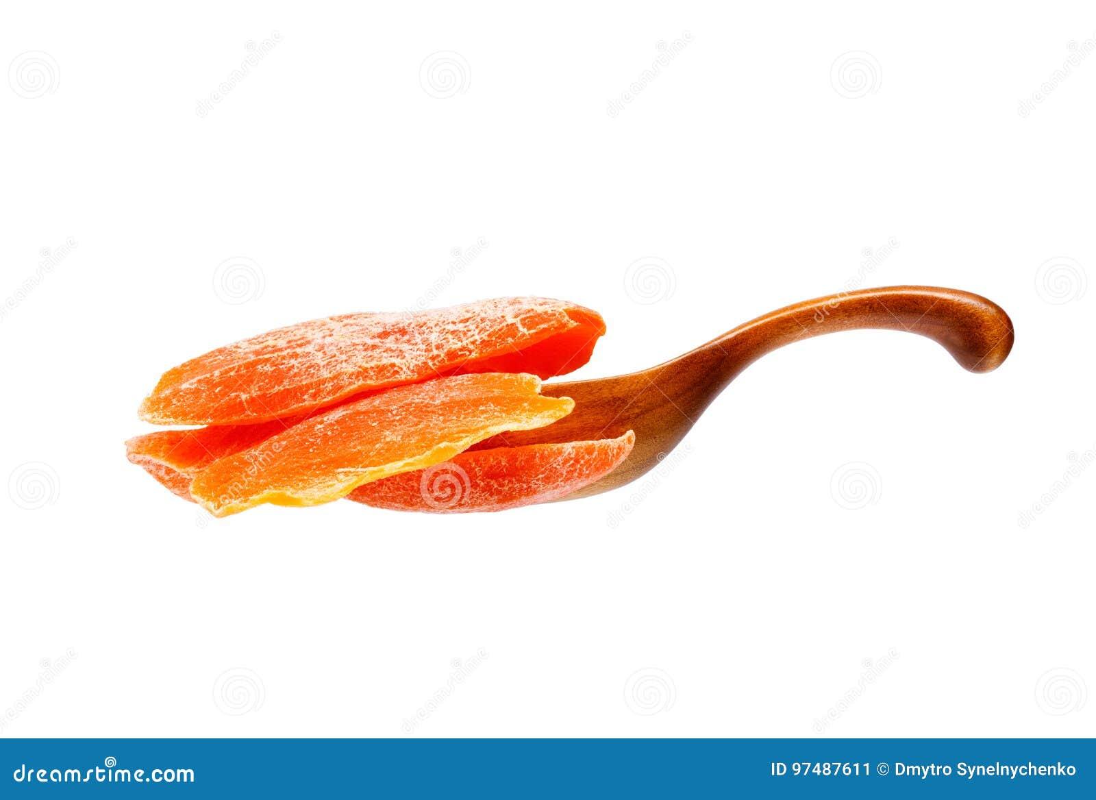 Mango asciutto nel cucchiaio di legno, isolato su fondo bianco