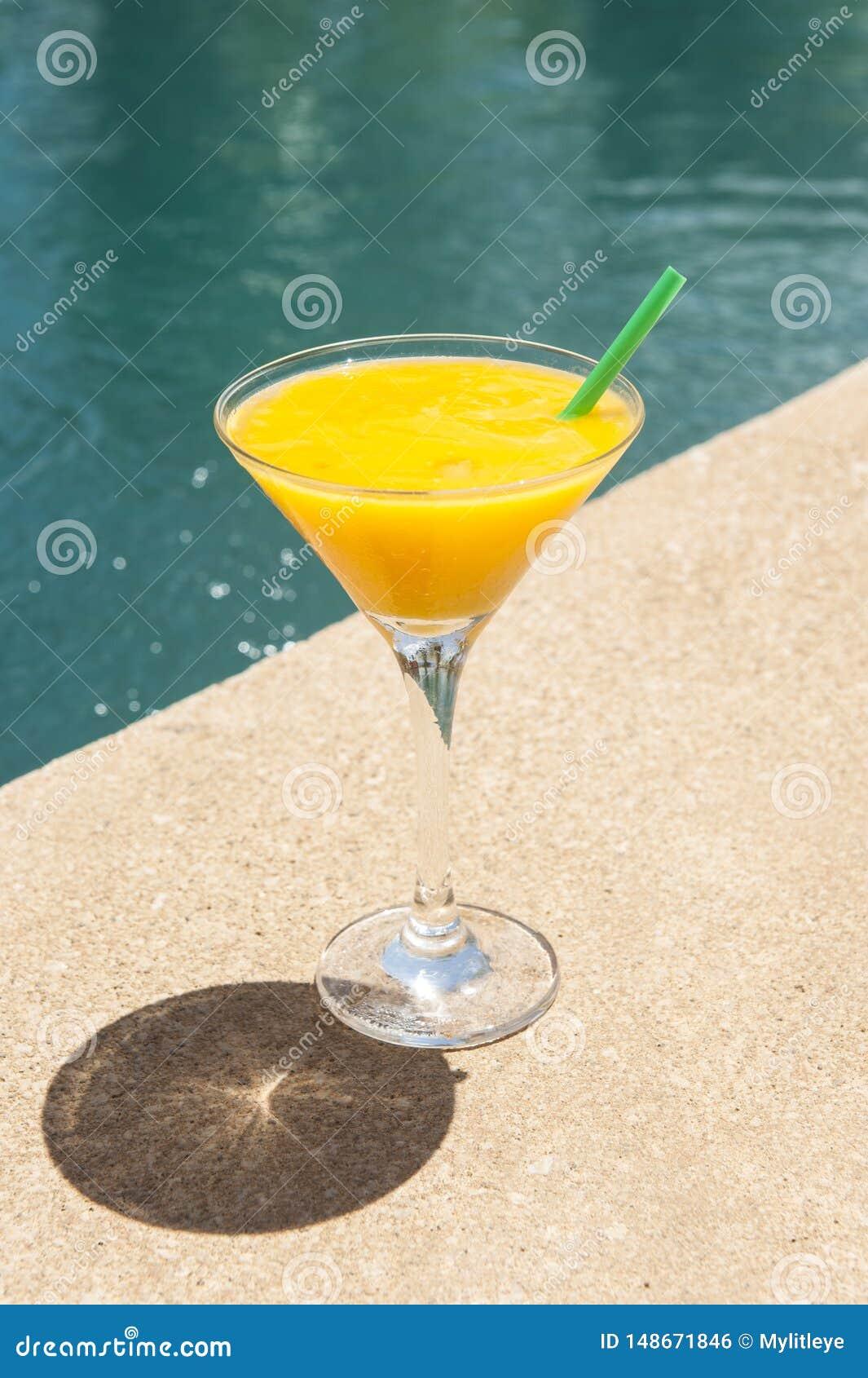 Mango Daiquiri durch das Pool