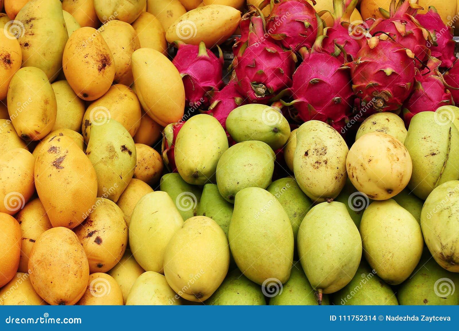 Mango exótico de las frutas tropicales, primer de la fruta del dragón en un mercado